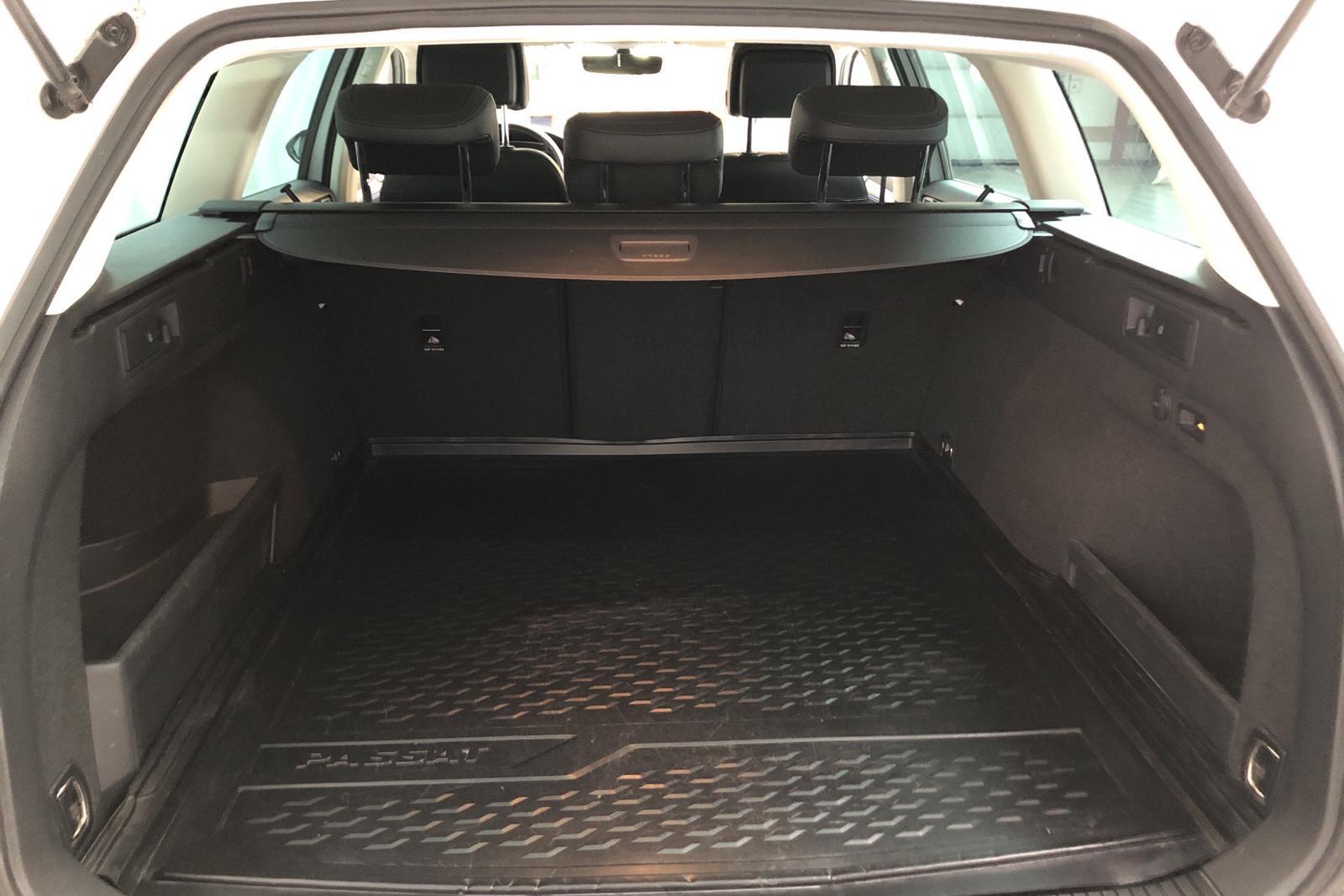 VW Passat 1.4 Plug-in-Hybrid Sportscombi (218hk) - 6 344 mil - Automat - vit - 2017