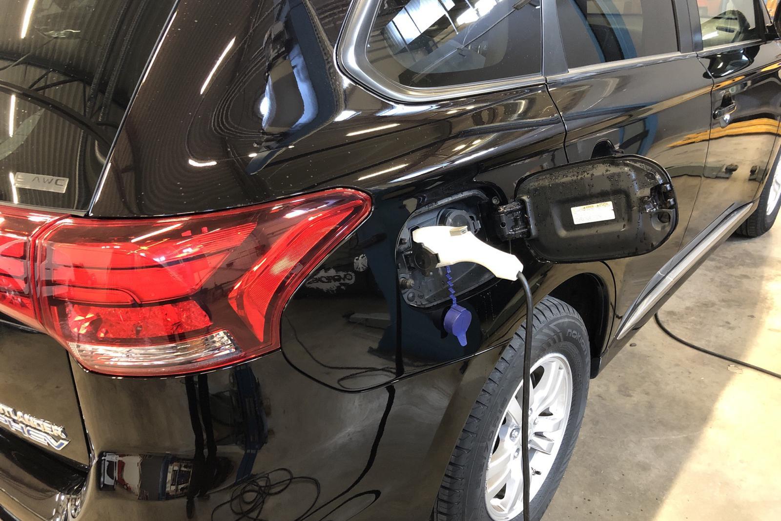 Mitsubishi Outlander 2.0 Plug-in Hybrid 4WD (121hk) - 11 506 mil - Automat - svart - 2017