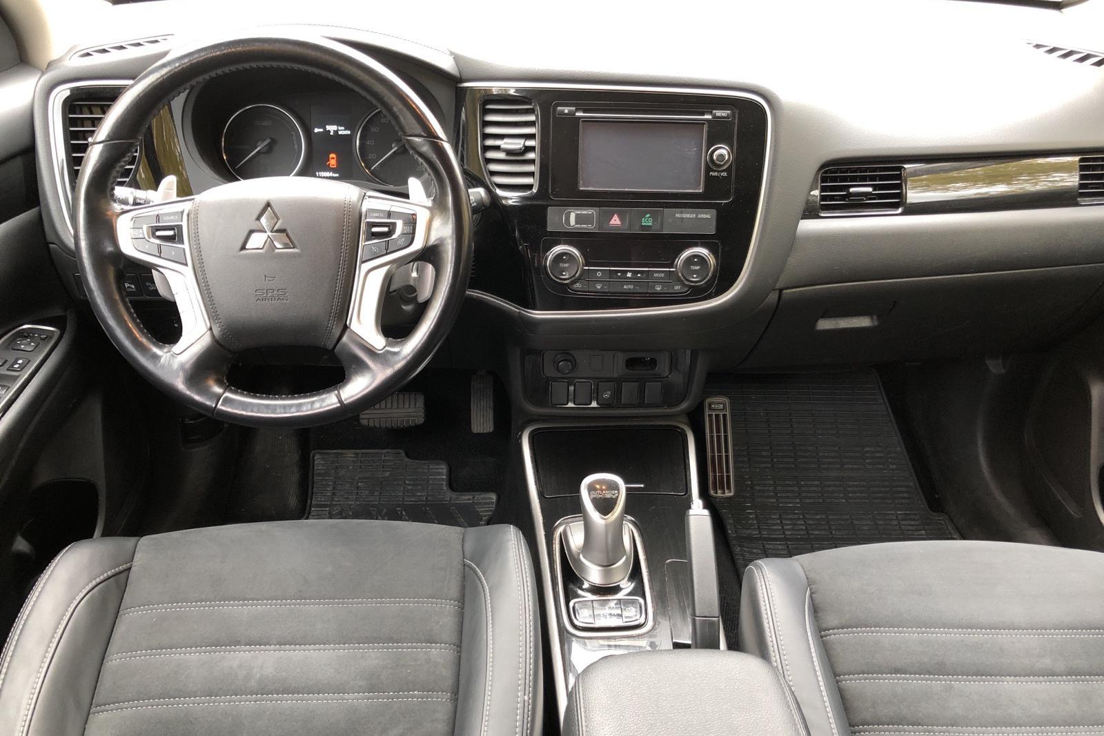Mitsubishi Outlander 2.0 Plug-in Hybrid 4WD (121hk) - 80 299 km - Automatic - white - 2016