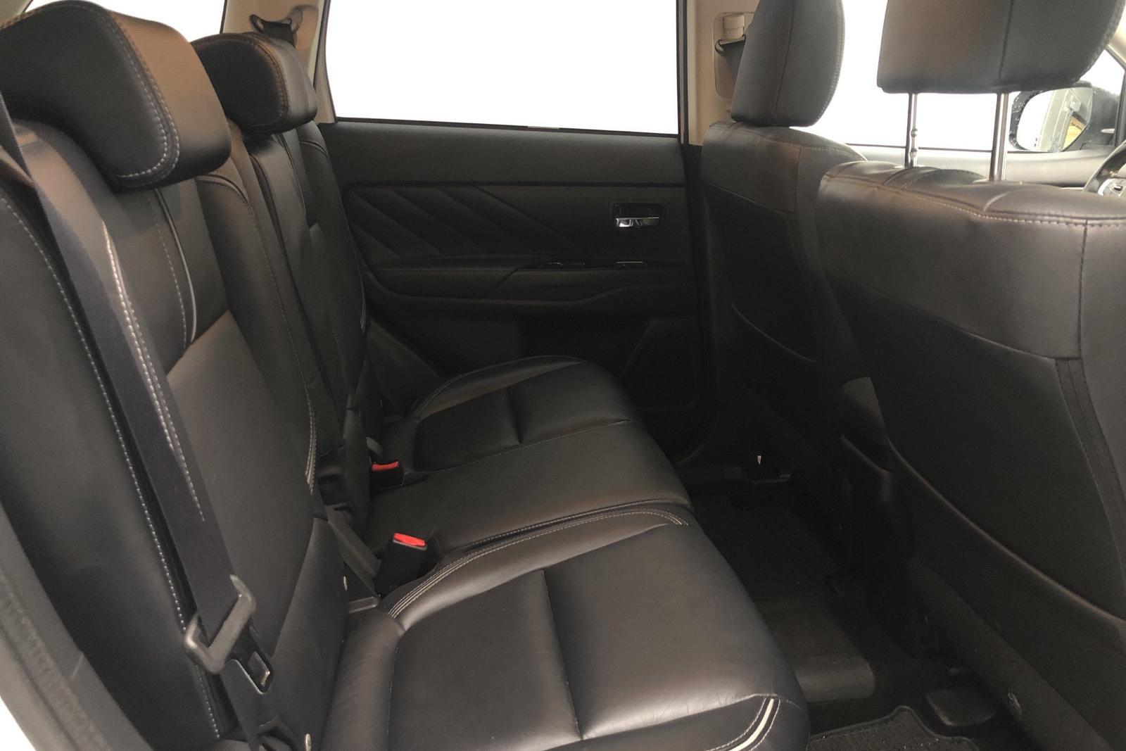 Mitsubishi Outlander 2.0 Plug-in Hybrid 4WD (121hk) - 9 646 mil - Automat - vit - 2017