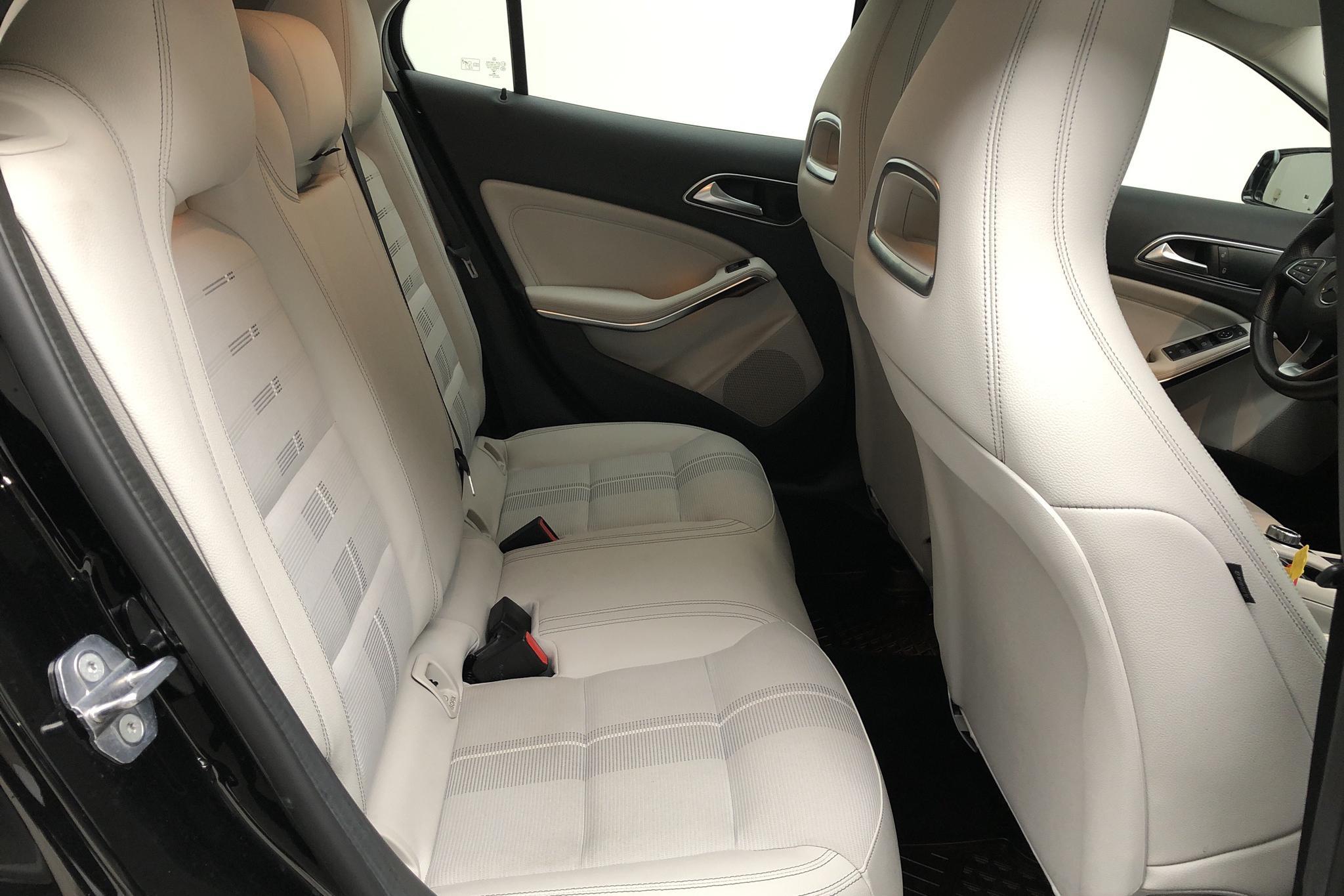 Mercedes GLA 180 X156 (122hk) - 2 406 mil - Manuell - svart - 2019