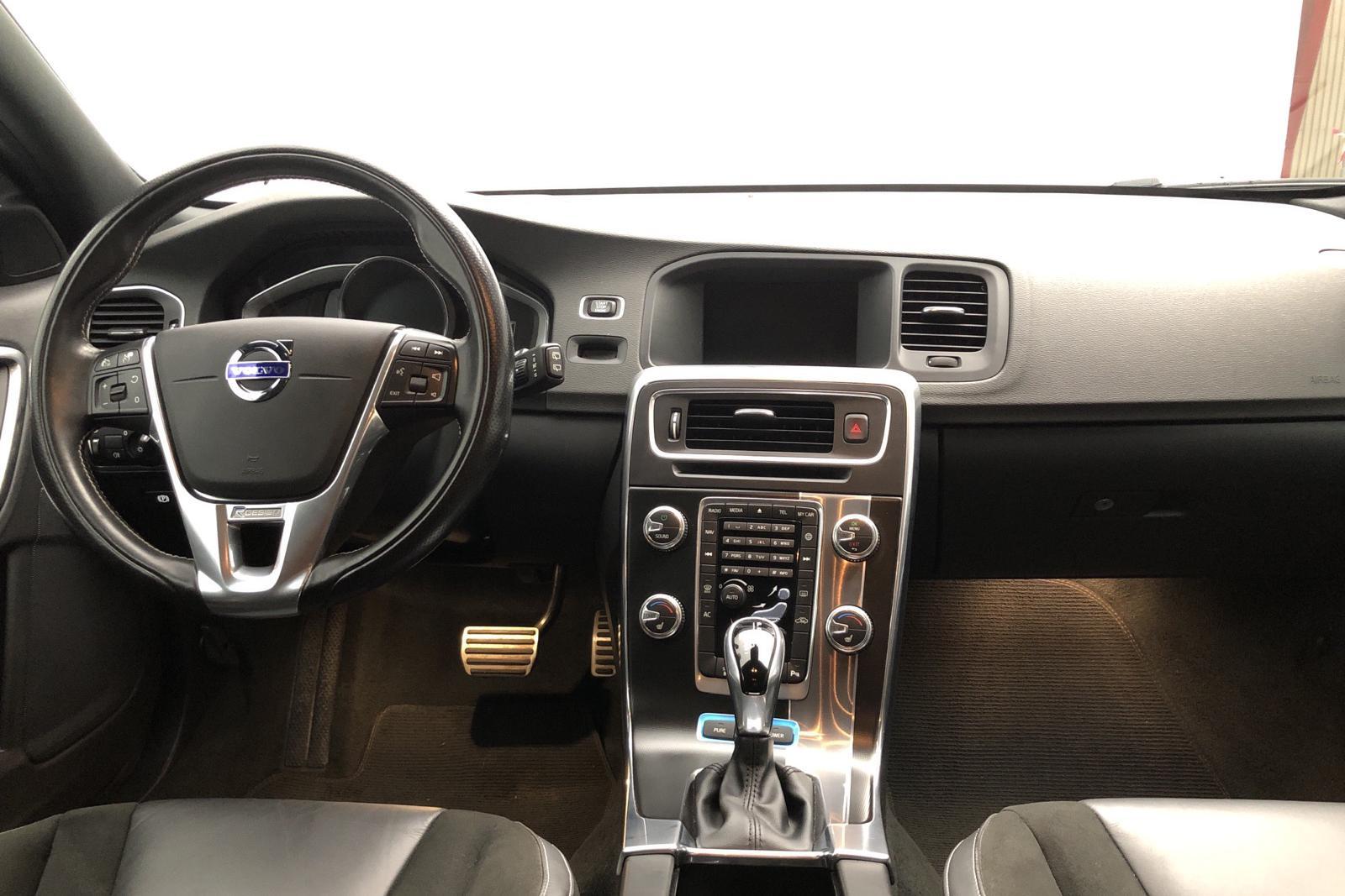 Volvo V60 D5 AWD Twin Engine (163hk) - 4 560 mil - Automat - svart - 2018