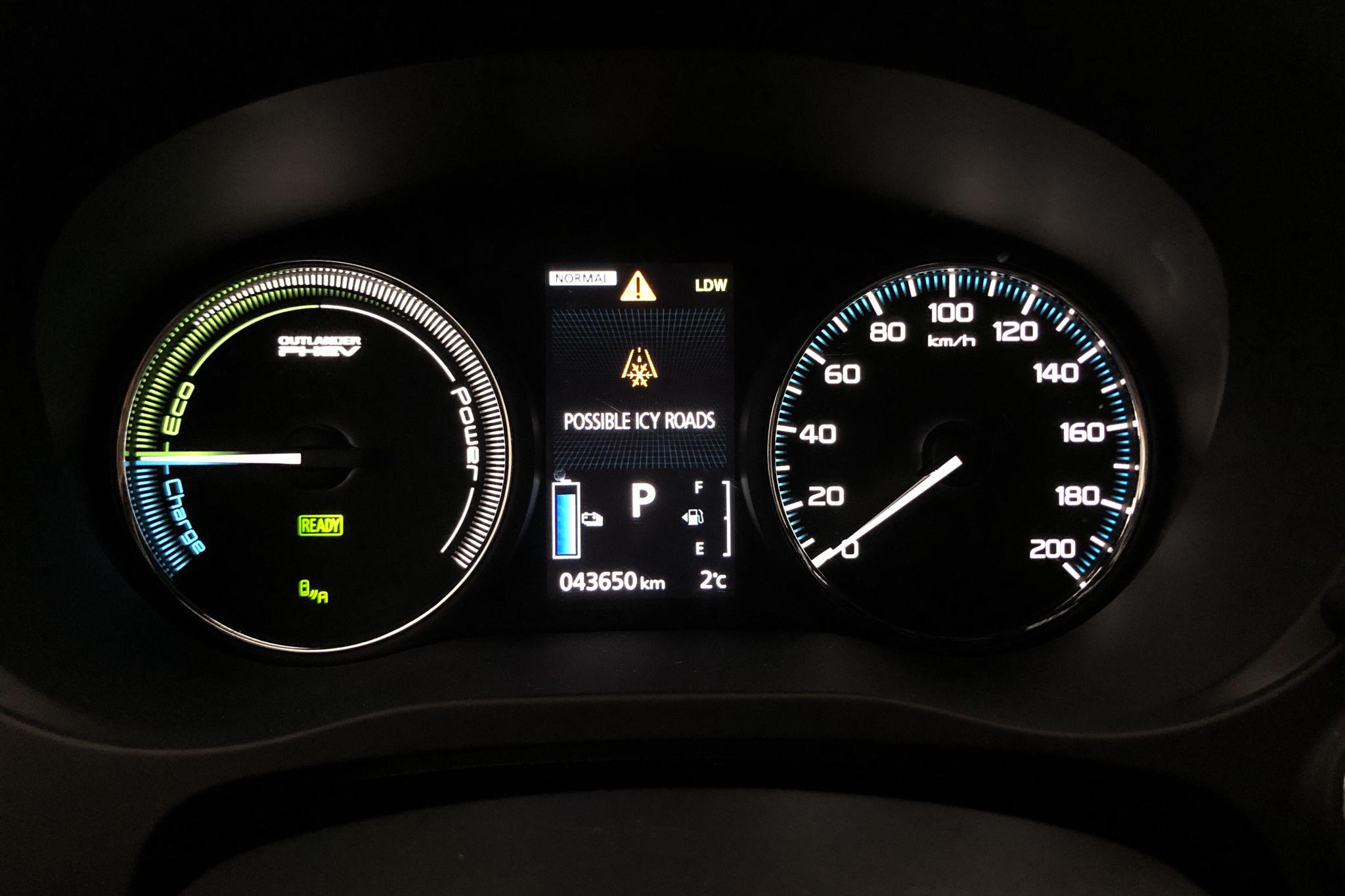Mitsubishi Outlander 2.0 Plug-in Hybrid 4WD (121hk) - 43 640 km - Automatic - white - 2018