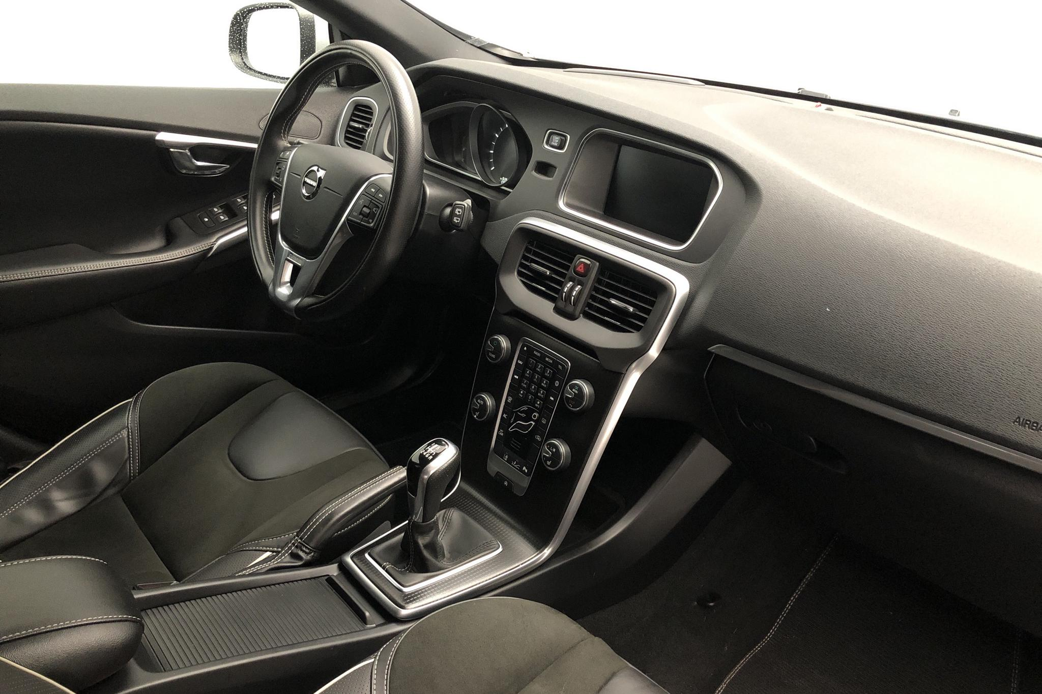 Volvo V40 T3 (152hk) - 17 350 km - Manual - black - 2019