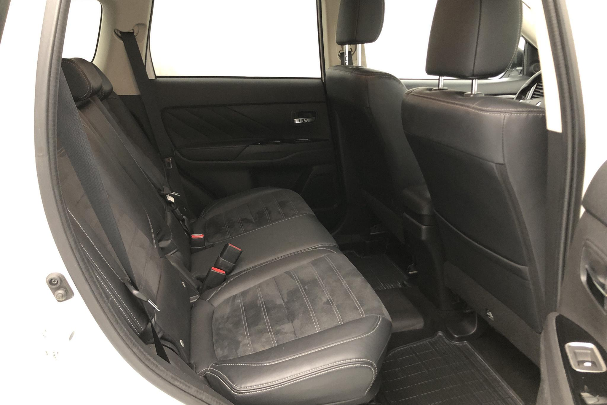 Mitsubishi Outlander 2.0 Plug-in Hybrid 4WD (121hk) - 10 270 mil - Automat - vit - 2016