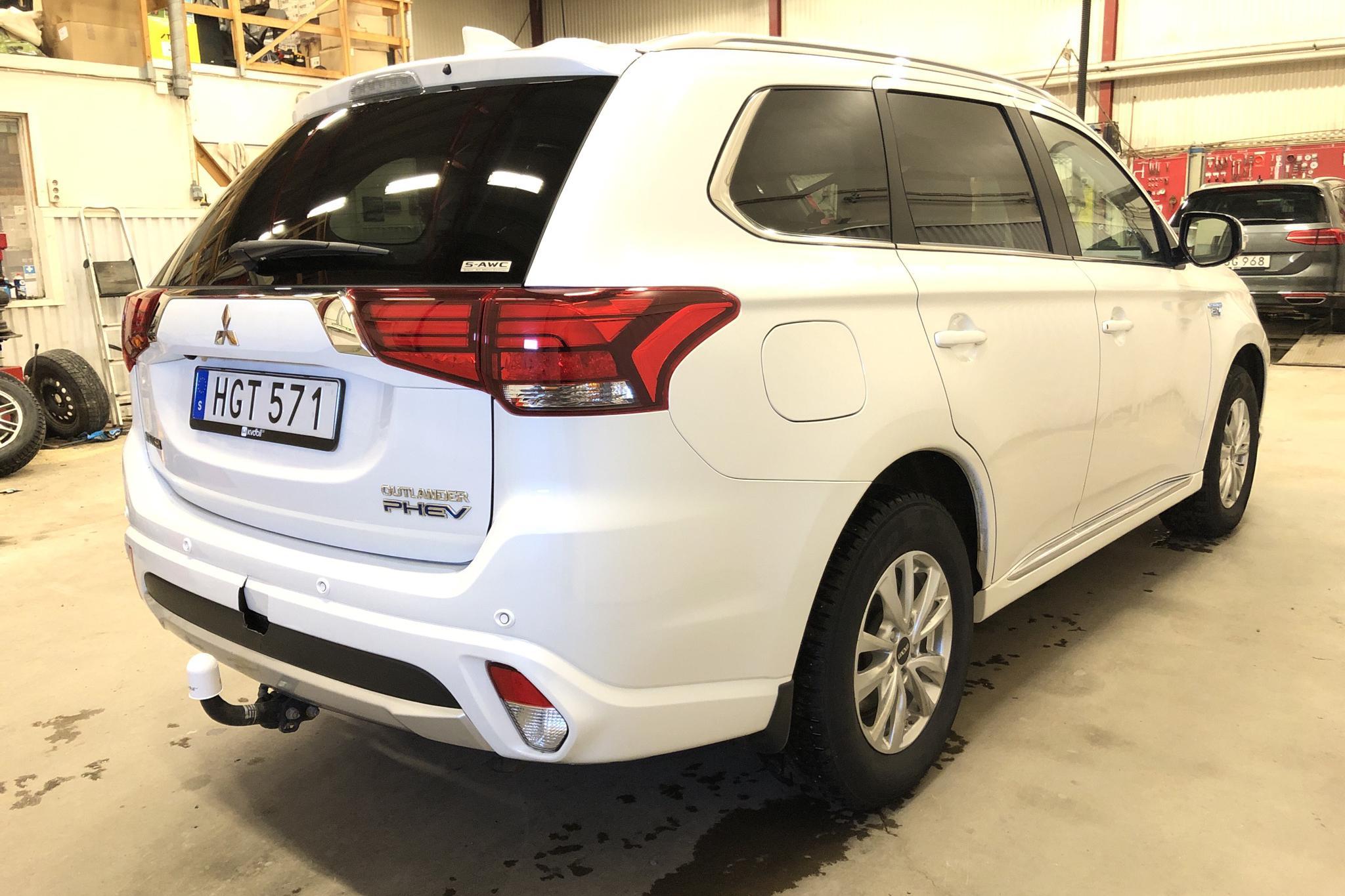 Mitsubishi Outlander 2.0 Plug-in Hybrid 4WD (121hk) - 5 960 mil - Automat - vit - 2018