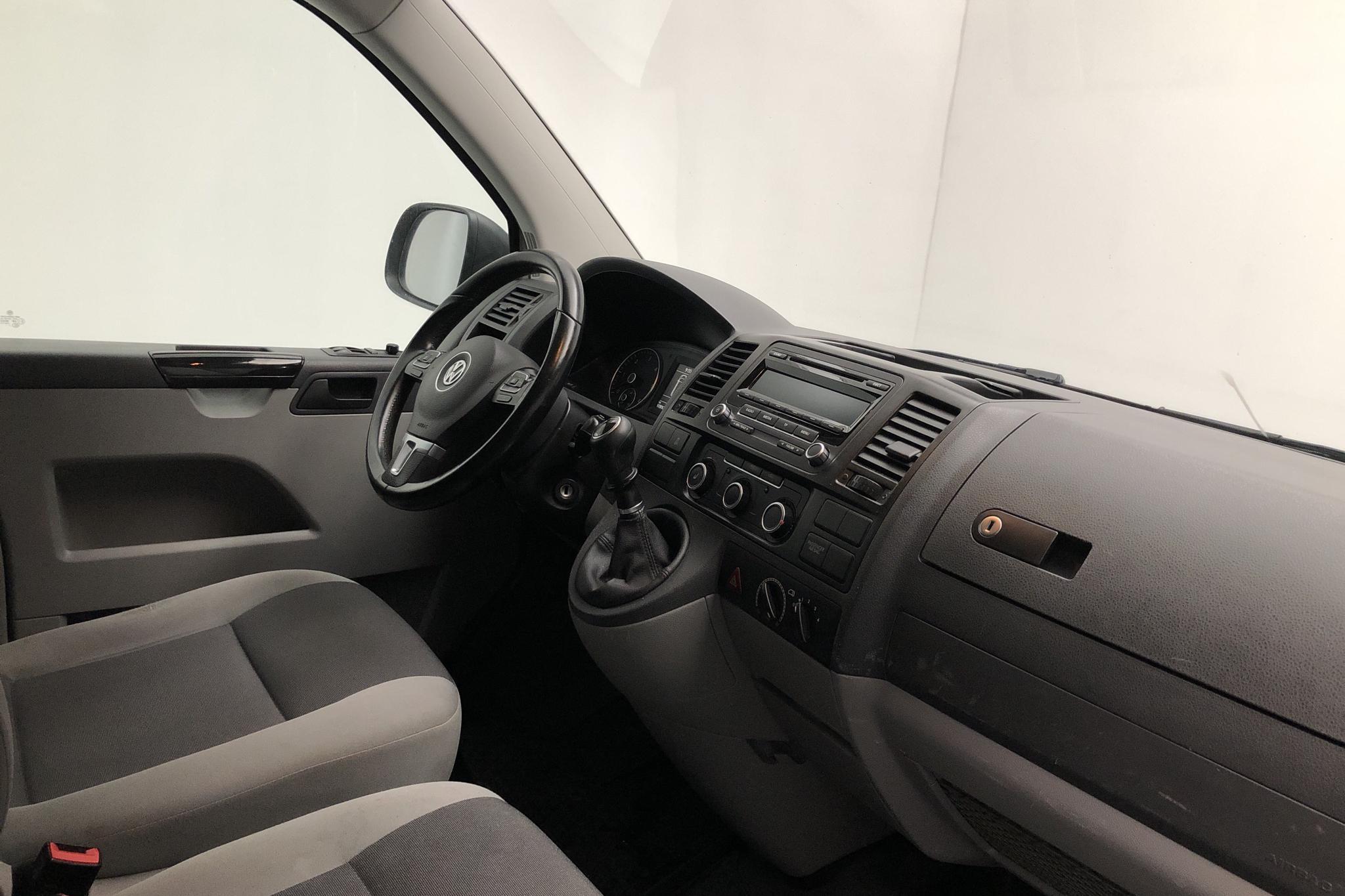 VW Transporter T5 2.0 TDI (102hk) - 9 788 mil - Manuell - vit - 2015