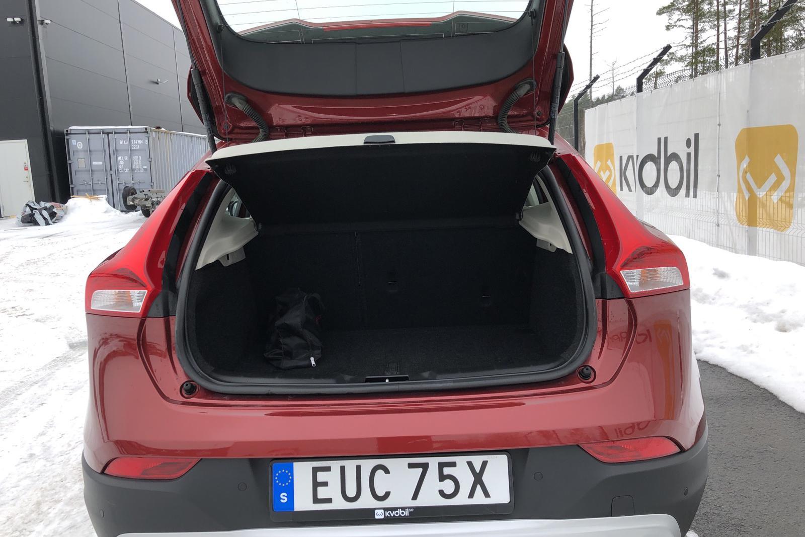 Volvo V40 Cross Country T3 (152hk) - 1 587 mil - Automat - Dark Red - 2018