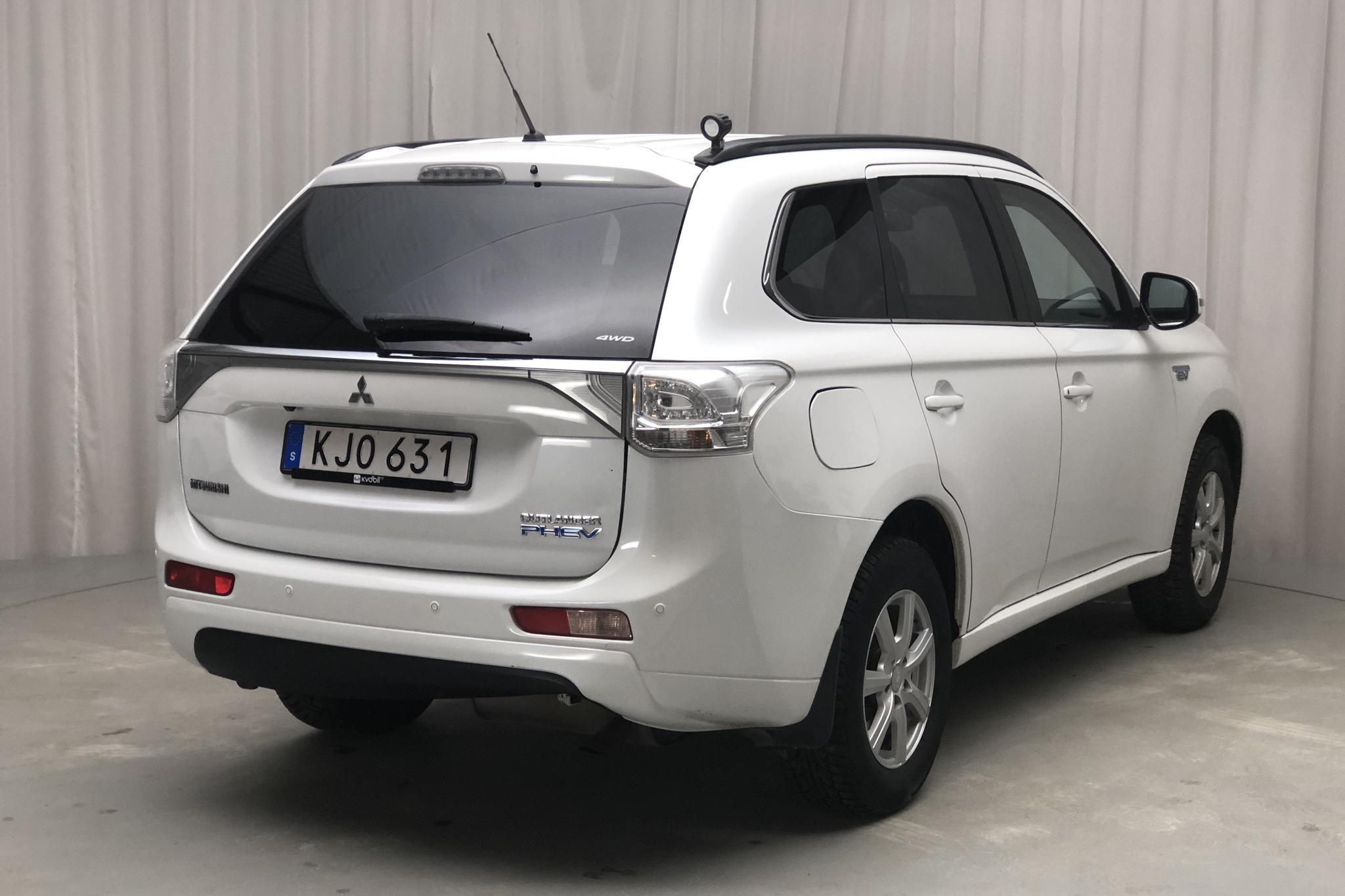 Mitsubishi Outlander 2.0 Plug-in Hybrid 4WD (121hk) - 138 380 km - Automatic - white - 2014