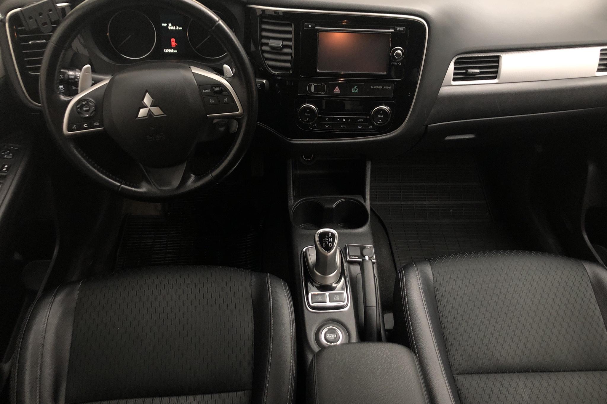 Mitsubishi Outlander 2.0 Plug-in Hybrid 4WD (121hk) - 137 640 km - Automatic - Dark Grey - 2014