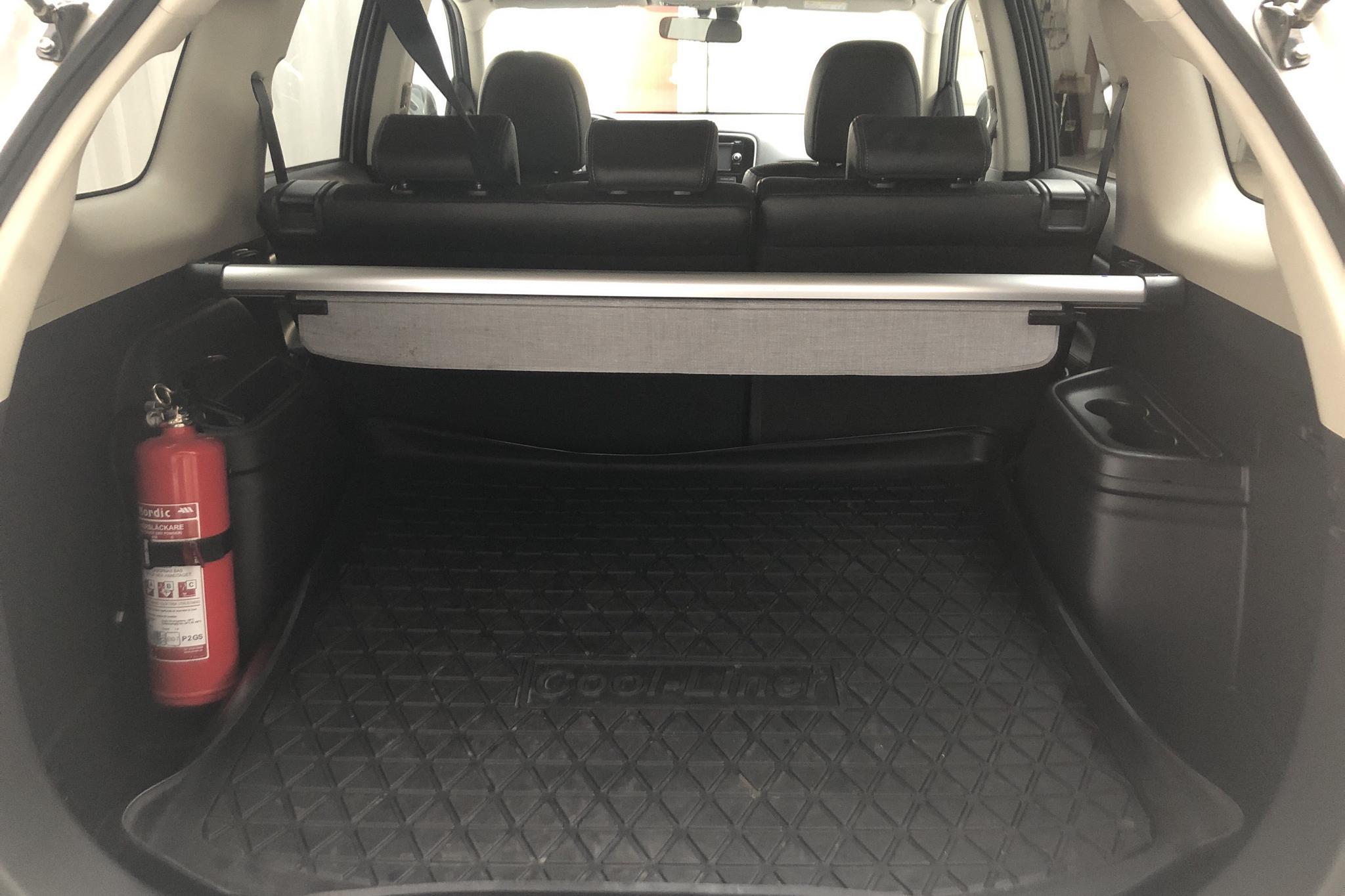 Mitsubishi Outlander 2.0 Plug-in Hybrid 4WD (121hk) - 156 710 km - Automatic - white - 2015