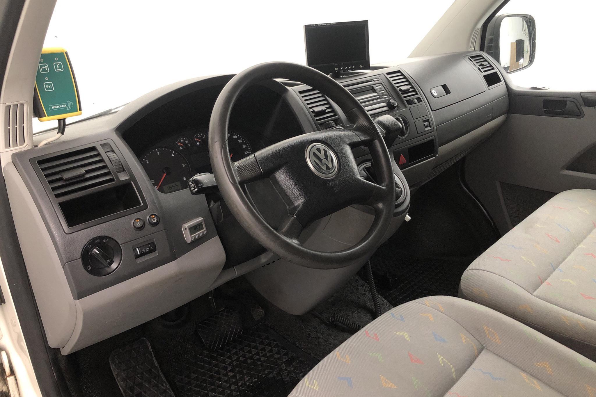 VW Transporter T5 2.5 TDI (130hk) - 188 060 km - Automatic - white - 2007