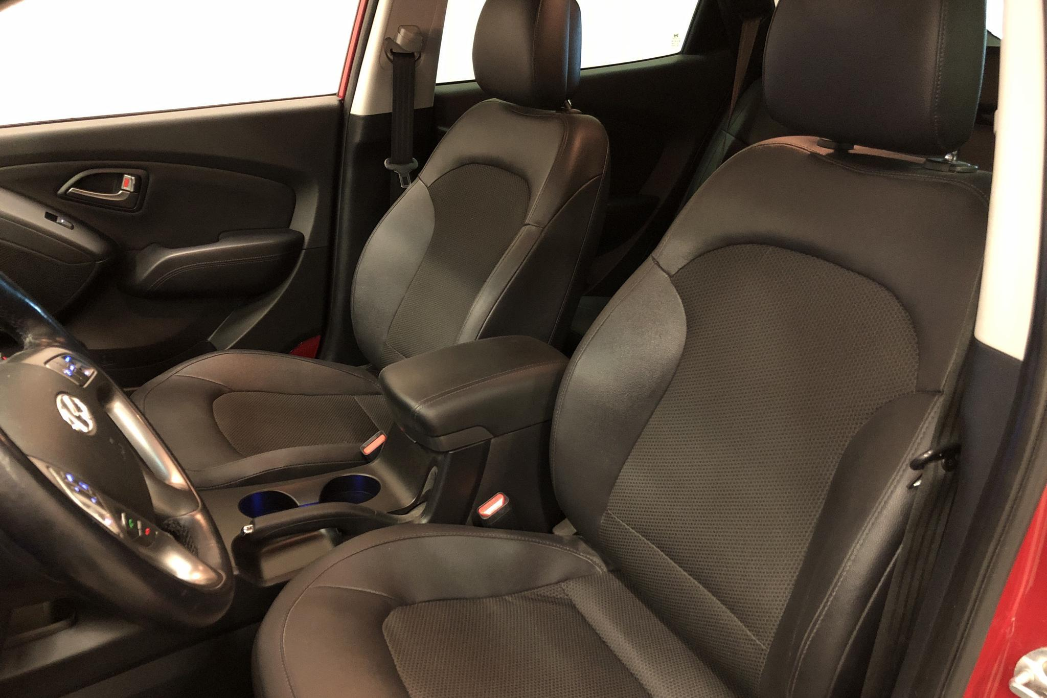 Hyundai ix35 2.0 CRDi-R 4WD (136hk) - 8 409 mil - Automat - röd - 2015