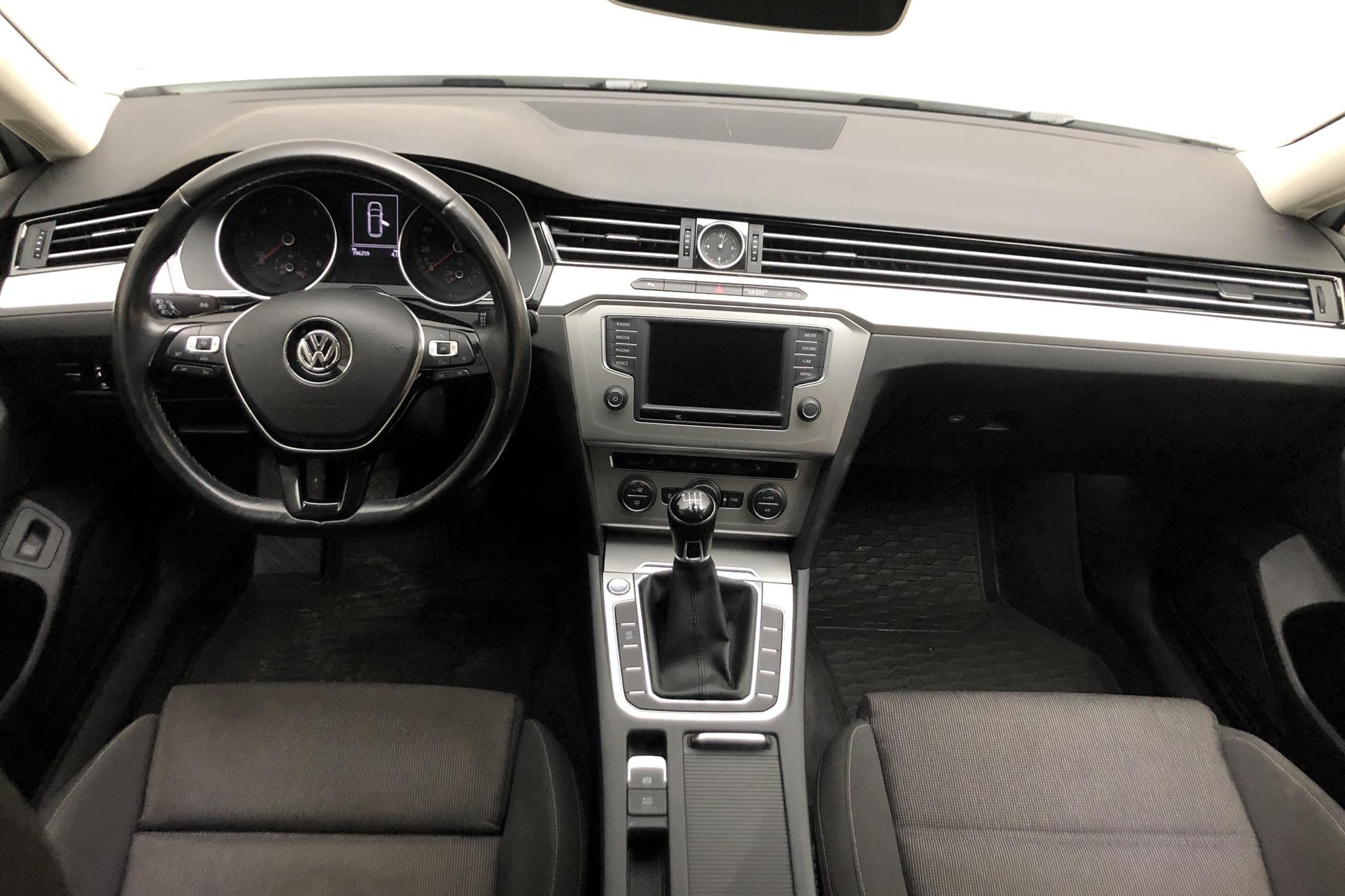 VW Passat 2.0 TDI Sportscombi (150hk) - 196 250 km - Manual - white - 2015