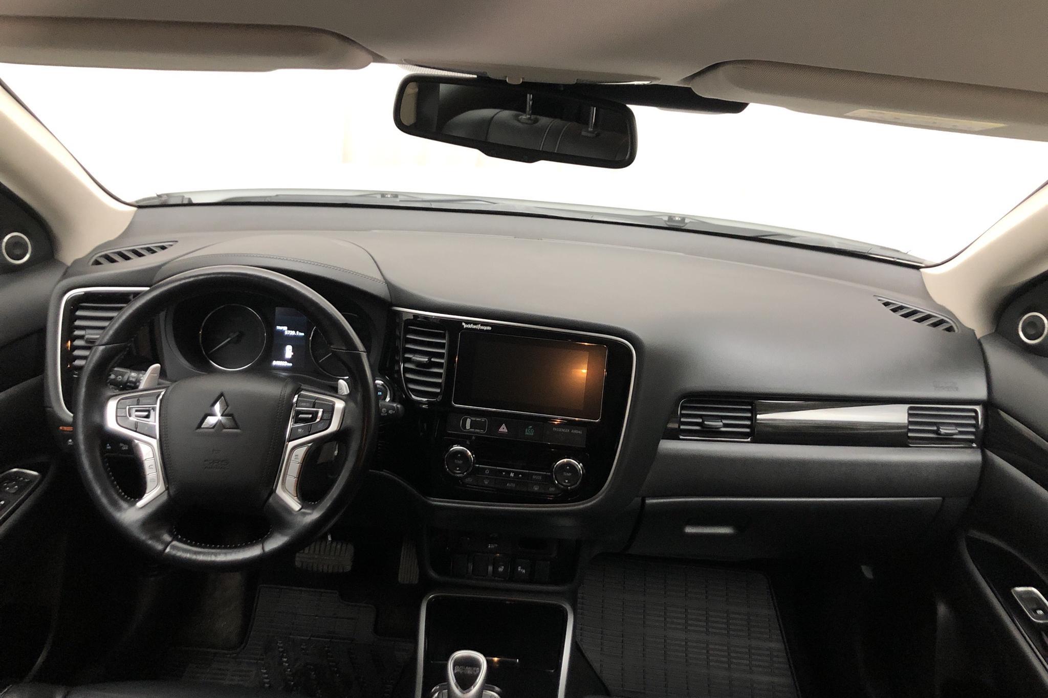 Mitsubishi Outlander 2.0 Plug-in Hybrid 4WD (121hk) - 4 892 mil - Automat - vit - 2018