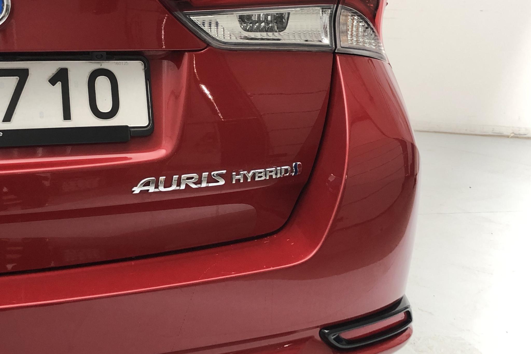 Toyota Auris 1.8 HSD Touring Sports (99hk) - 47 230 km - Automatic - Dark Red - 2016