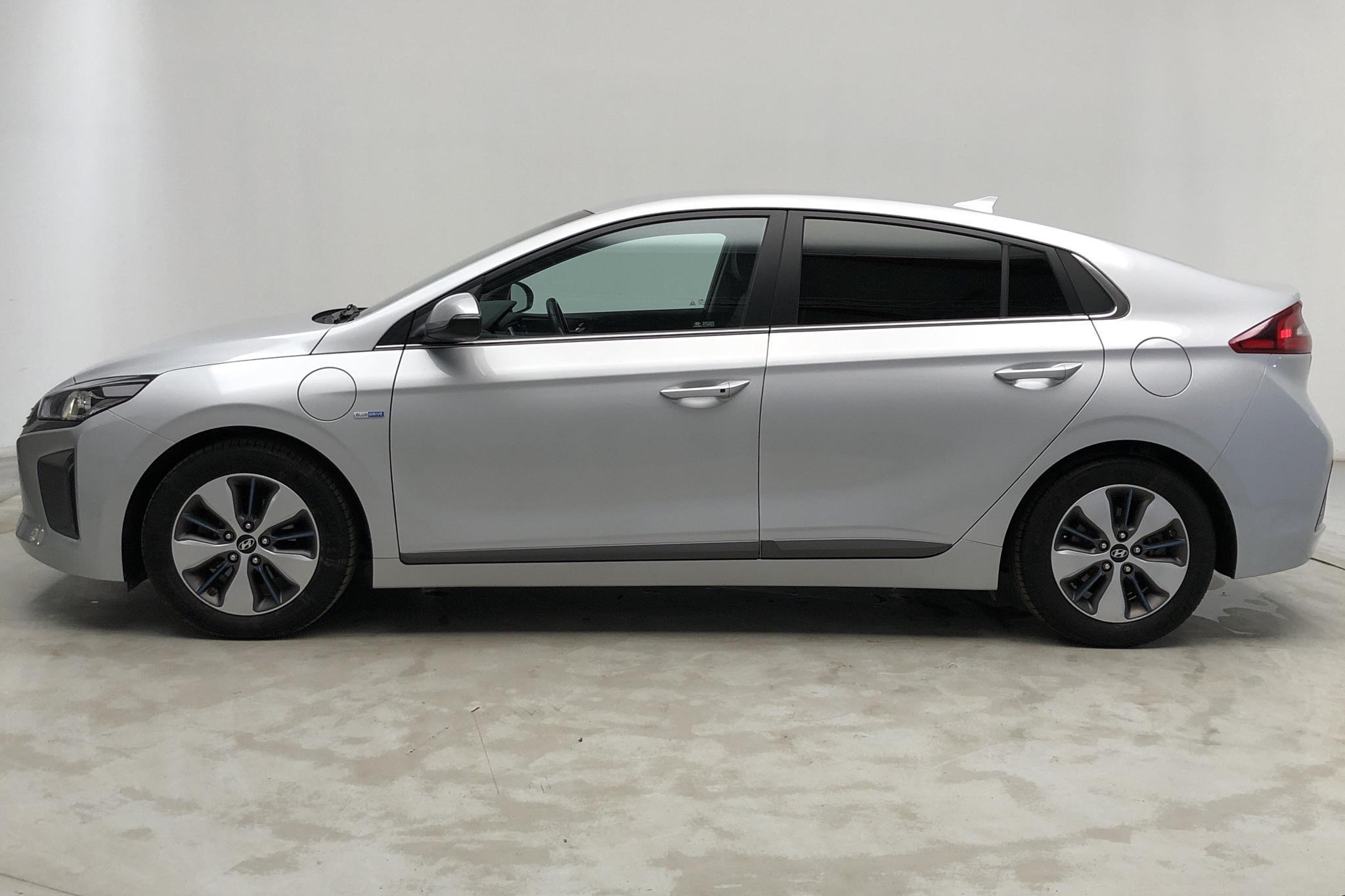 Hyundai IONIQ Plug-in (141hk) - 5 553 mil - Automat - silver - 2017