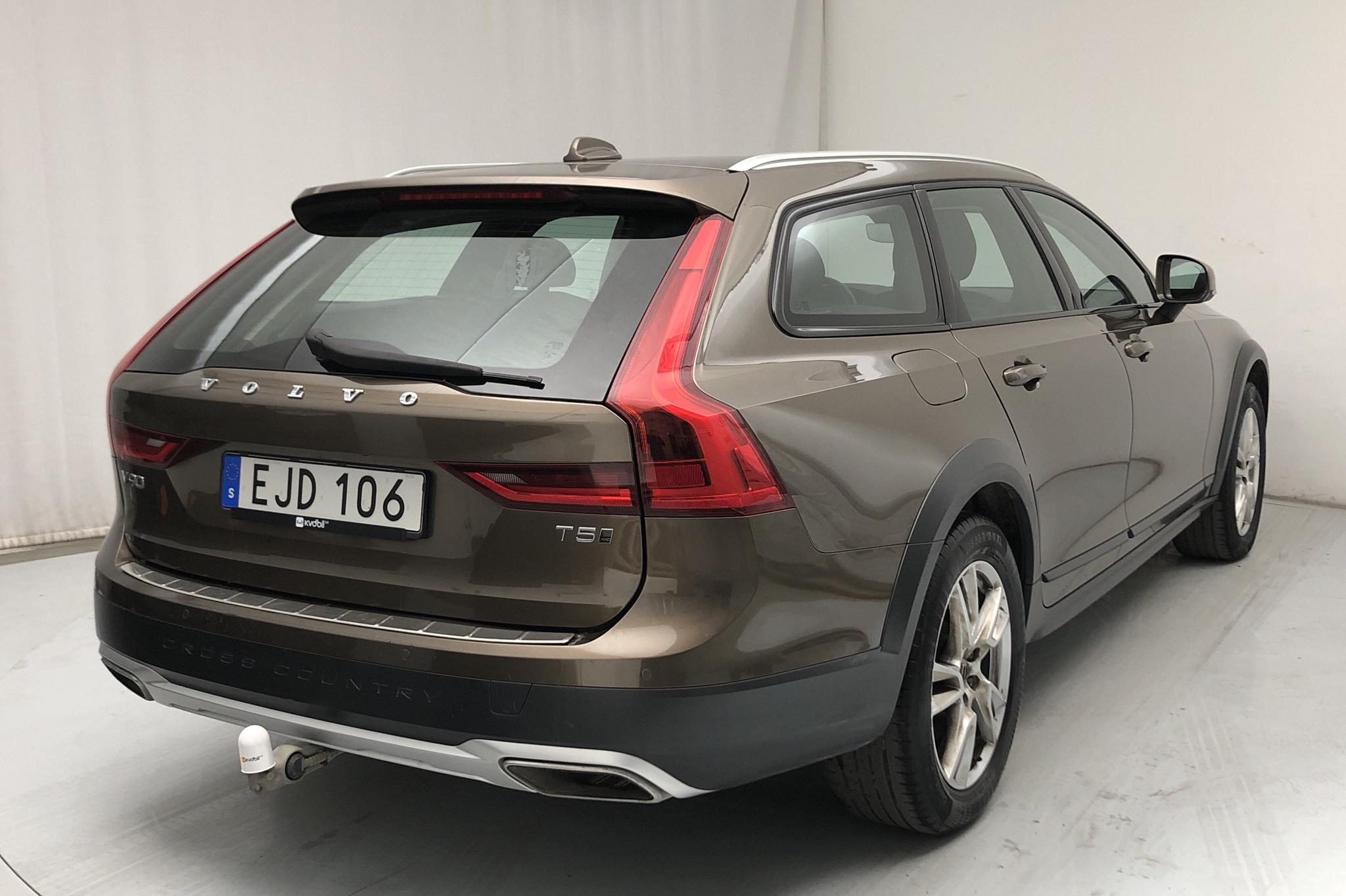 Volvo V90 T5 Cross Country AWD (250hk) - 6 138 mil - Automat - brun - 2018