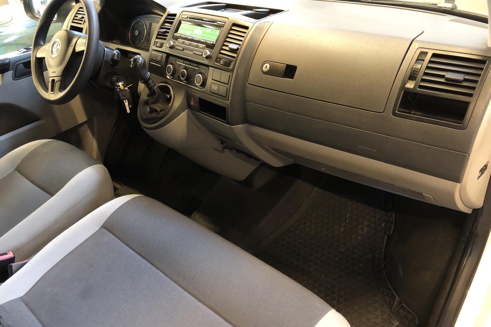VW Transporter T5 2.0 TDI (140hk) - 25 969 mil - Manuell - vit - 2014