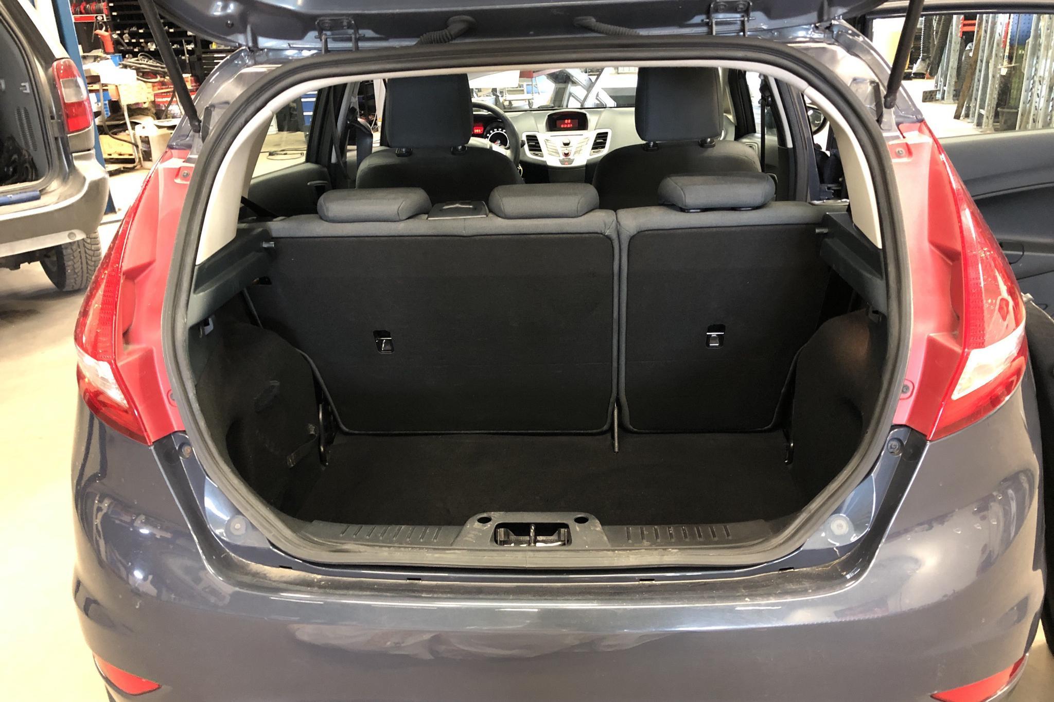 Ford Fiesta 1.6 TDCi 5dr (95hk) - 16 482 mil - Manuell - grå - 2012