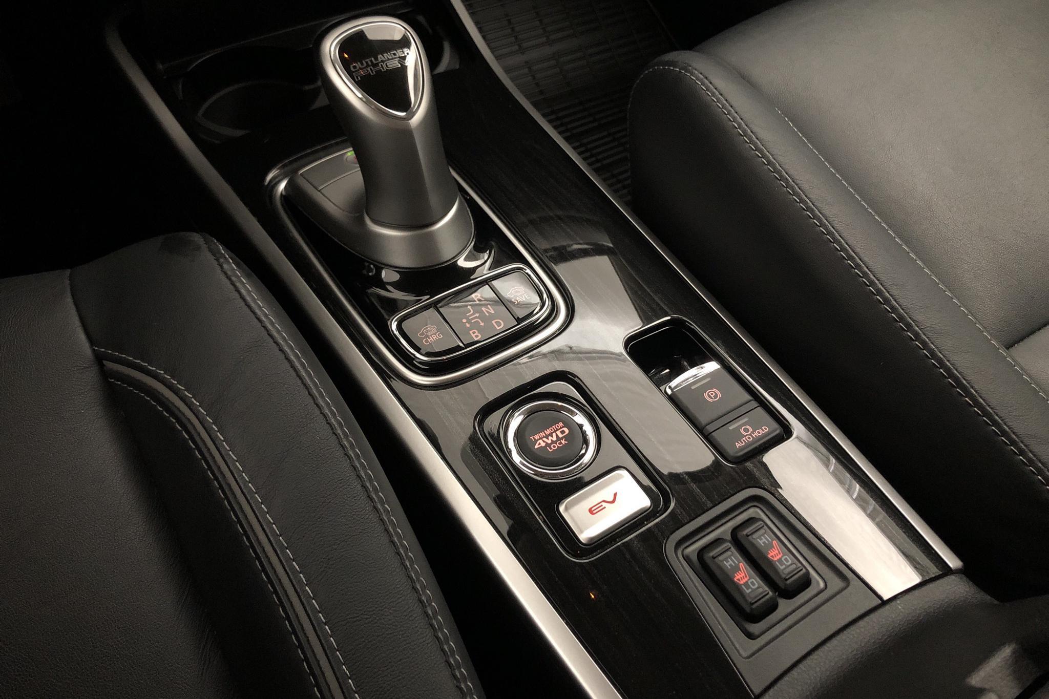 Mitsubishi Outlander 2.0 Plug-in Hybrid 4WD (121hk) - 46 670 km - Automatic - black - 2018