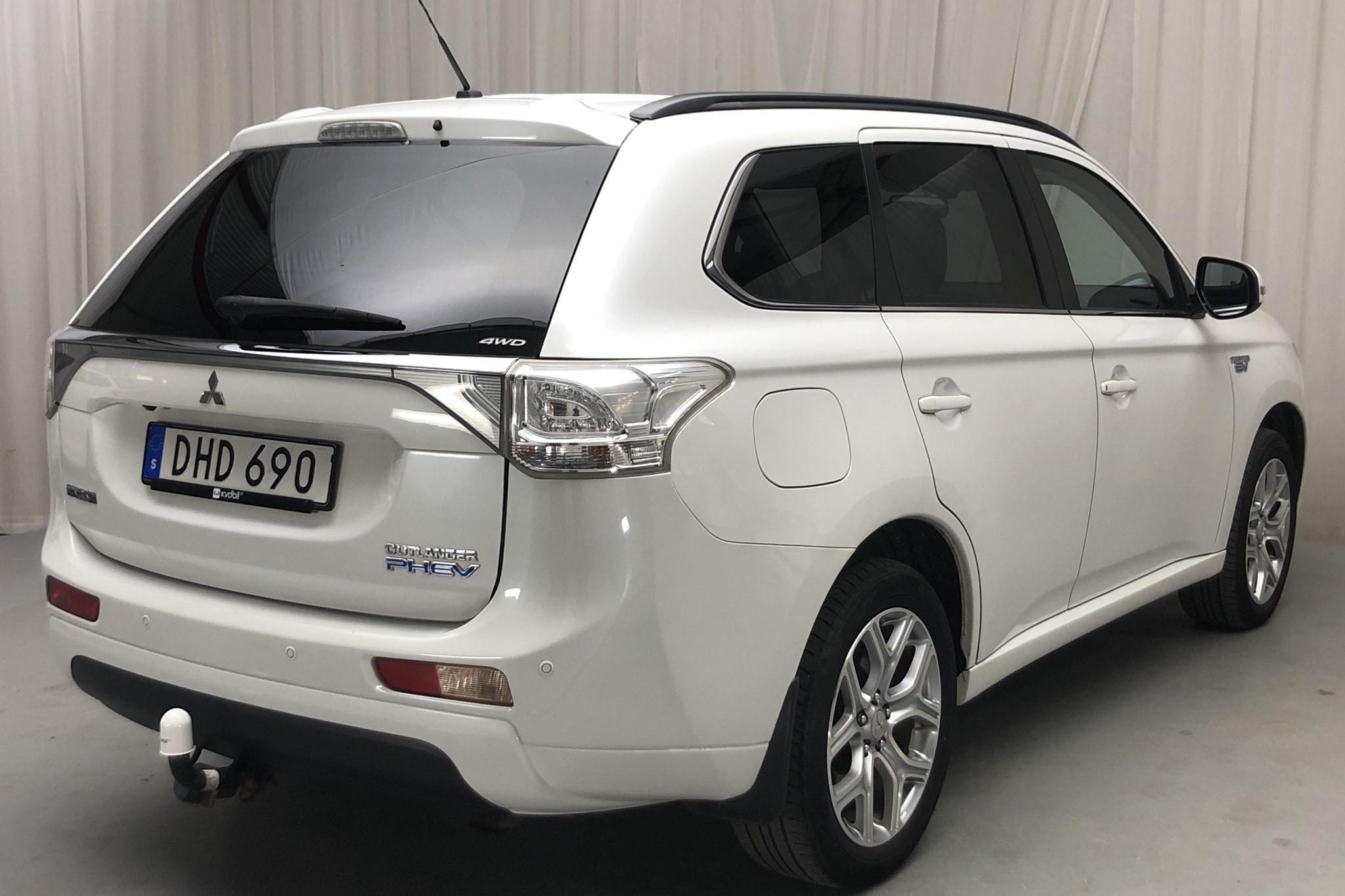 Mitsubishi Outlander 2.0 Plug-in Hybrid 4WD (121hk) - 180 480 km - Automatic - white - 2014