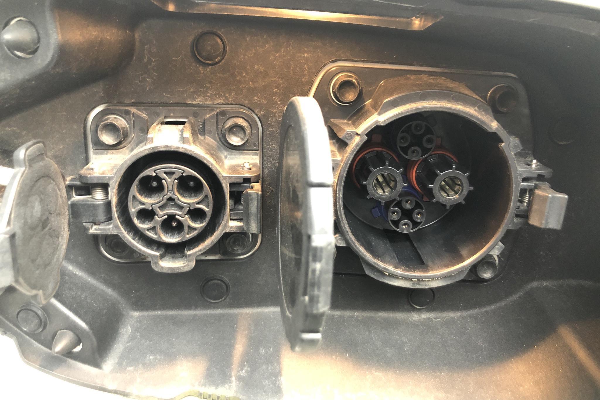 Mitsubishi Outlander 2.0 Plug-in Hybrid 4WD (121hk) - 18 048 mil - Automat - vit - 2014