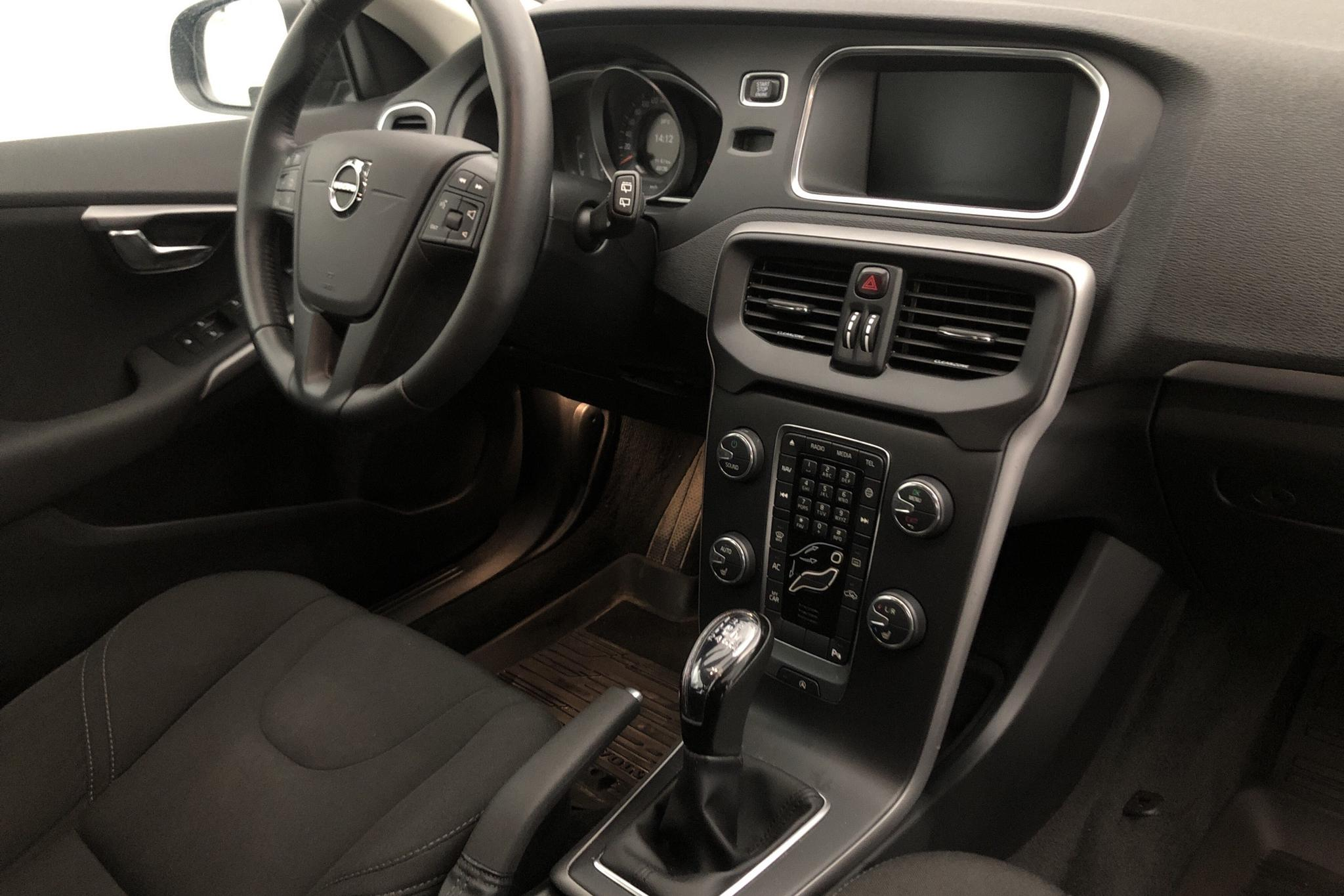 Volvo V40 T3 (152hk) - 4 913 mil - Manuell - svart - 2018