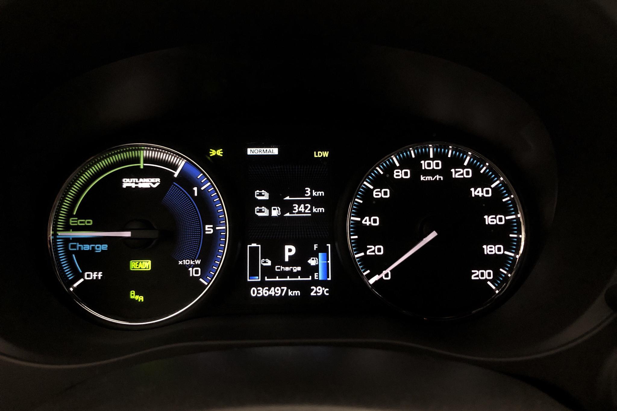 Mitsubishi Outlander 2.4 Plug-in Hybrid 4WD (136hk) - 36 490 km - Automatic - white - 2019