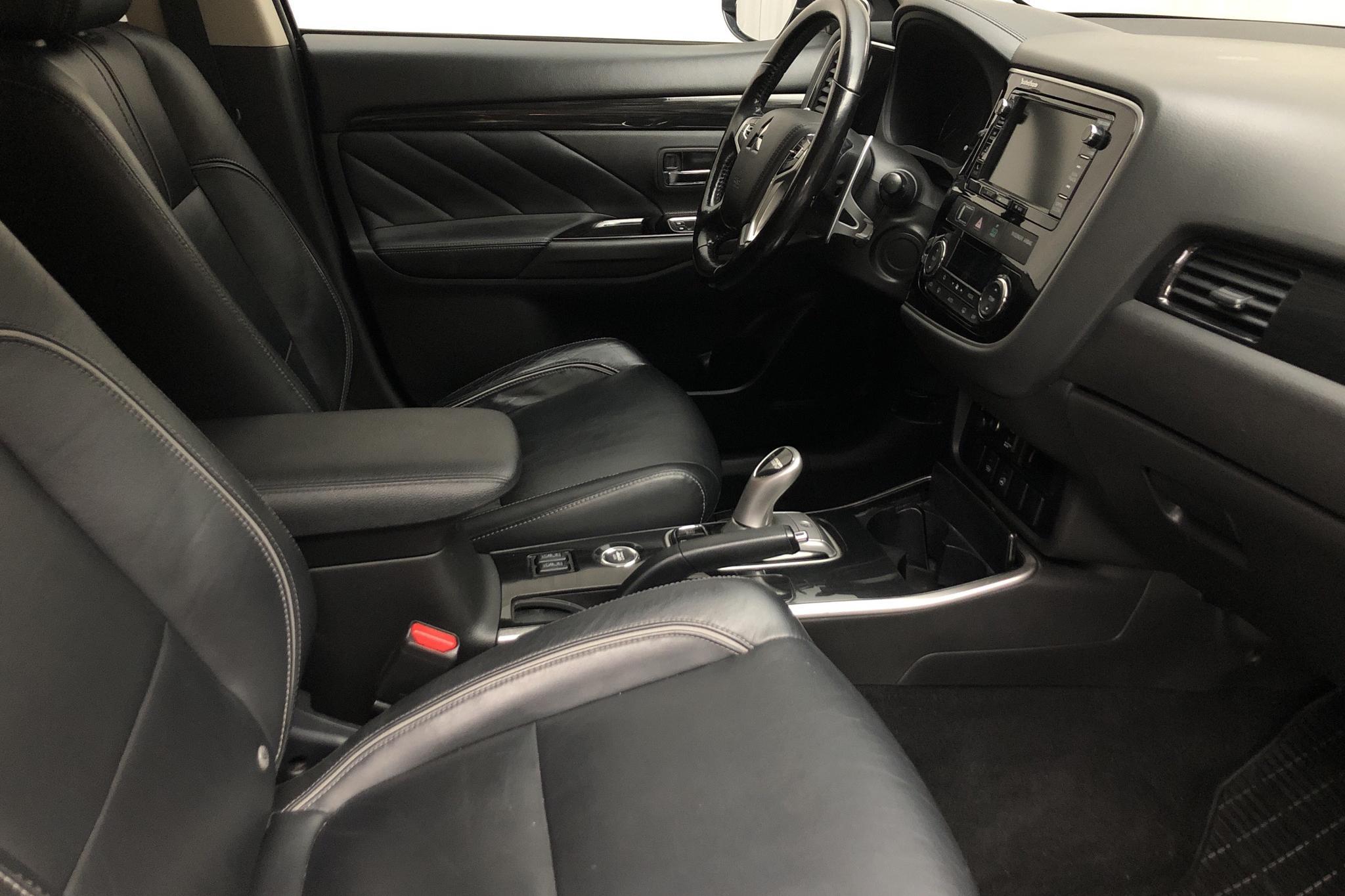 Mitsubishi Outlander 2.0 Plug-in Hybrid 4WD (121hk) - 14 009 mil - Automat - svart - 2016