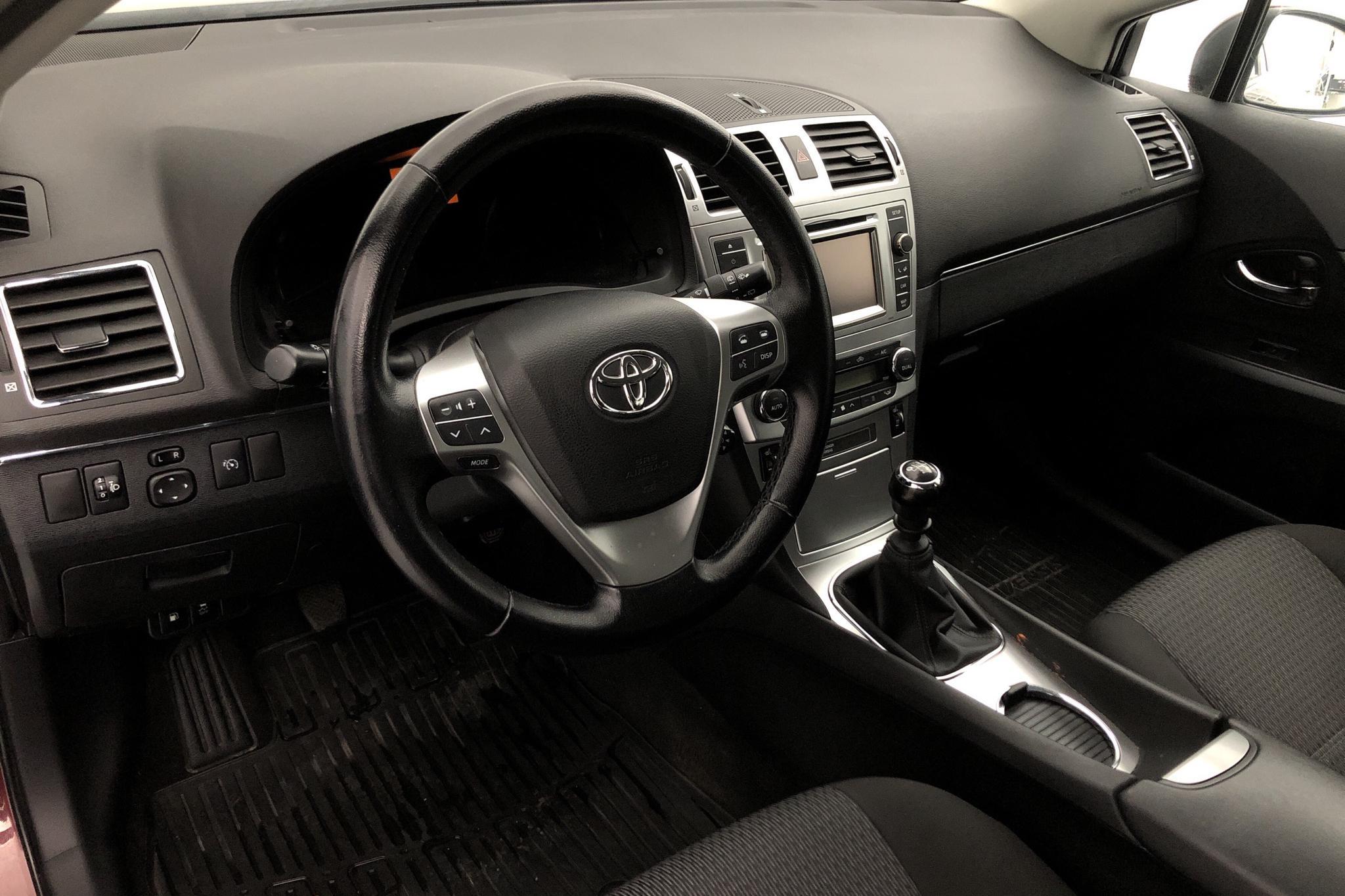 Toyota Avensis 2.0 D-4D Kombi (124hk) - 13 229 mil - Manuell - Dark Red - 2012
