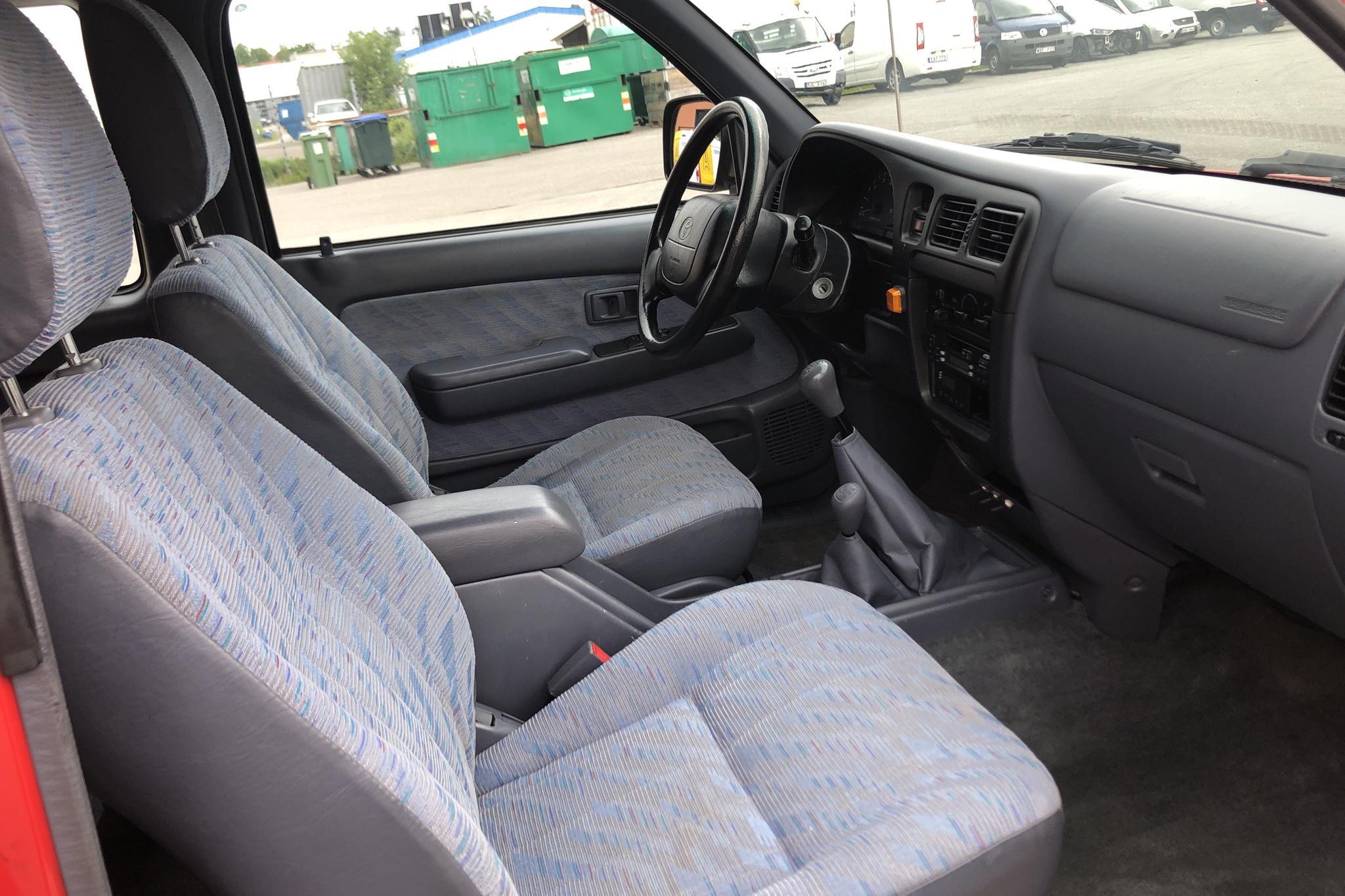 Toyota Hilux 2.4 4WD (140hk) - 12 874 mil - Manuell - röd - 2000