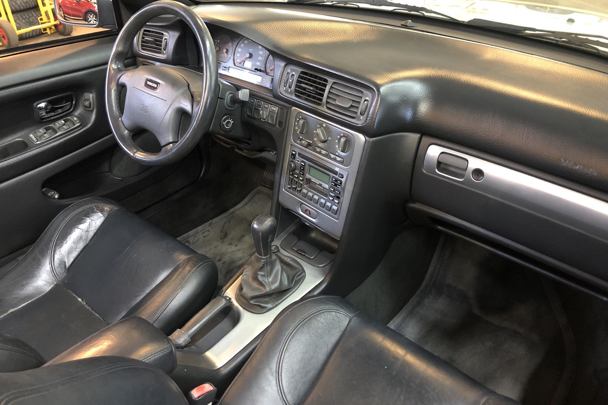 Volvo C70 2.4T Cabriolet (193hk) - 15 751 mil - Manuell - silver - 2002