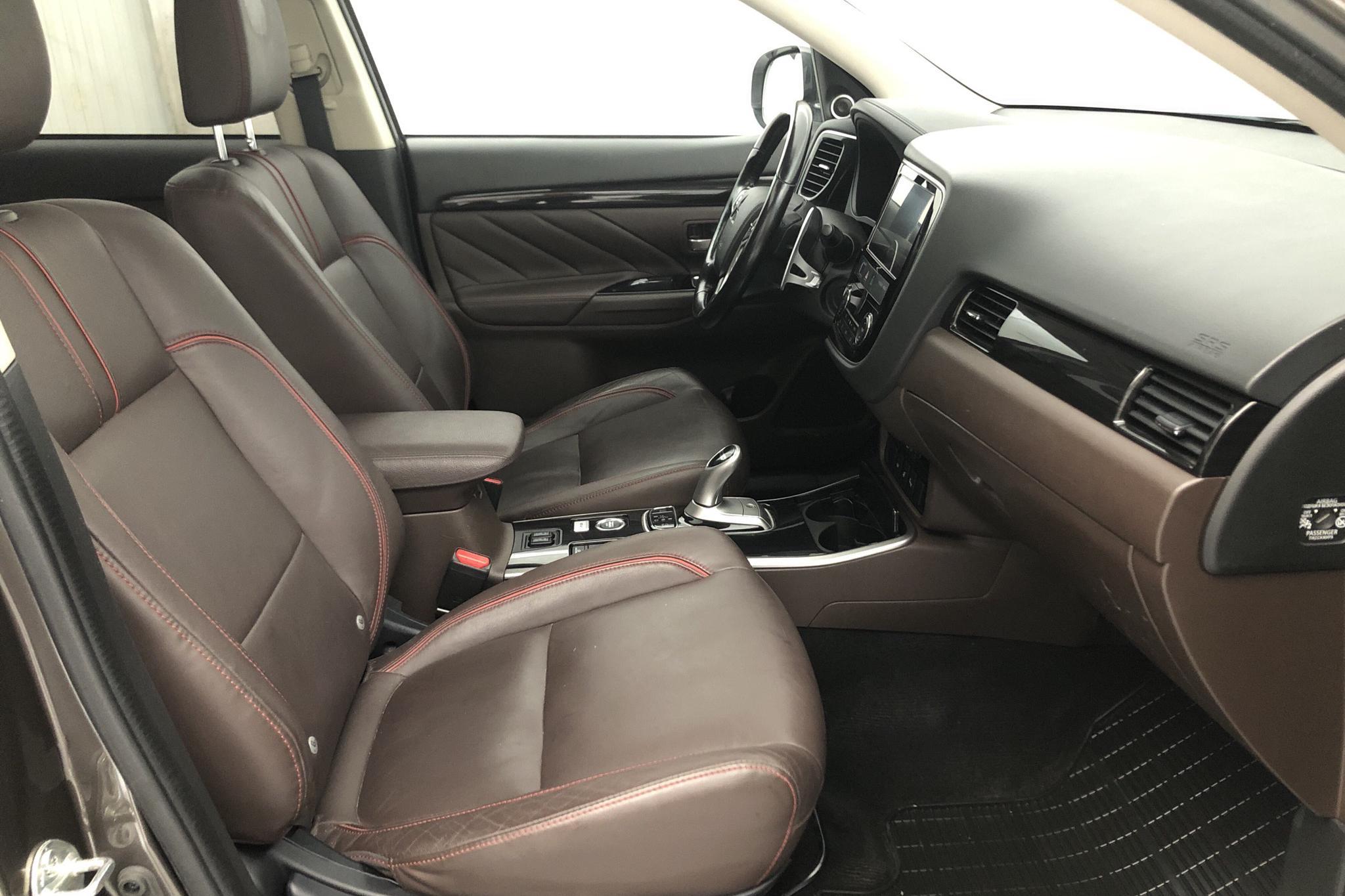 Mitsubishi Outlander 2.0 Plug-in Hybrid 4WD (121hk) - 6 481 mil - Automat - brun - 2017
