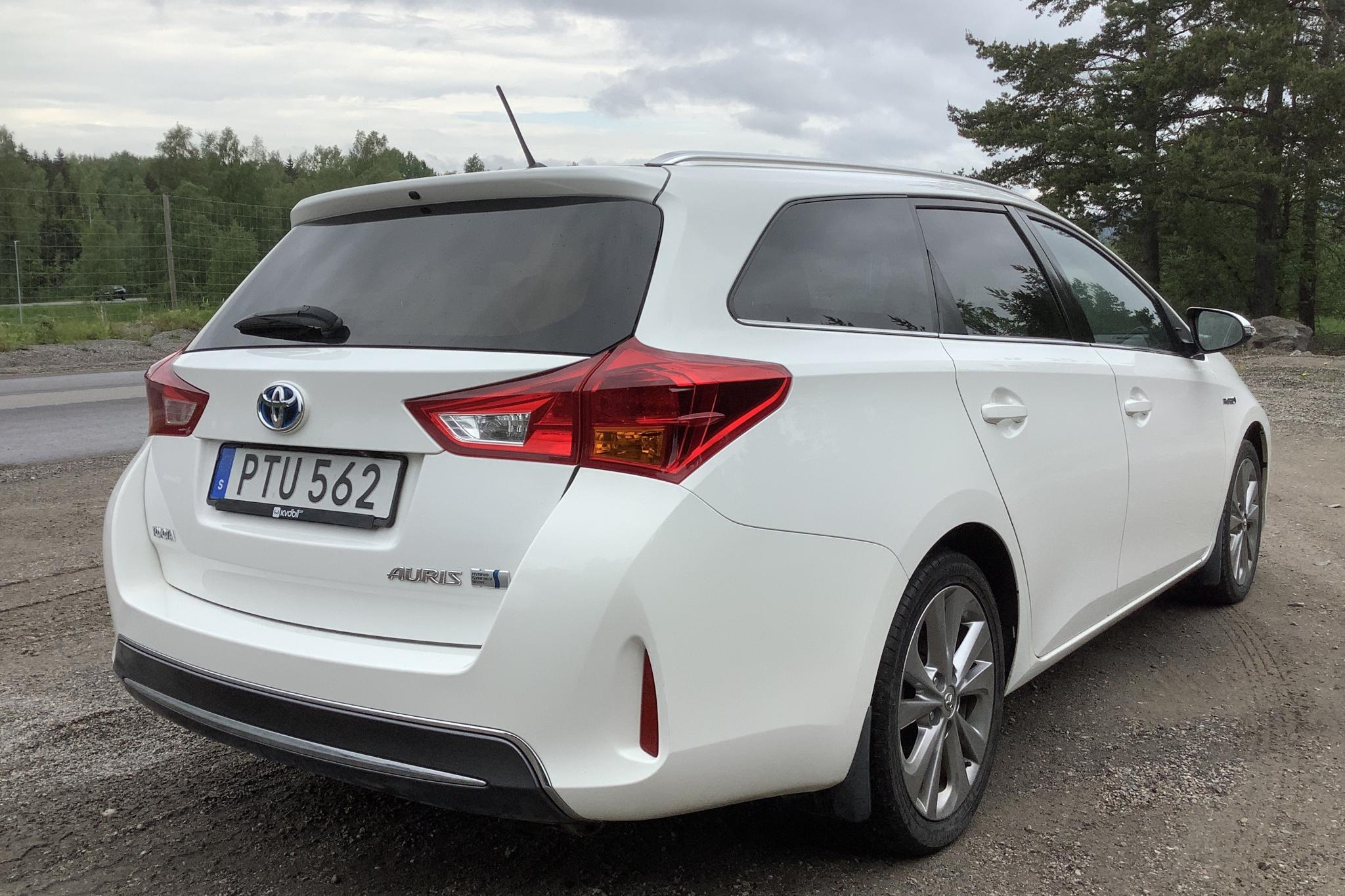Toyota Auris 1.8 HSD Touring Sports (99hk) - 127 380 km - Automatic - white - 2014