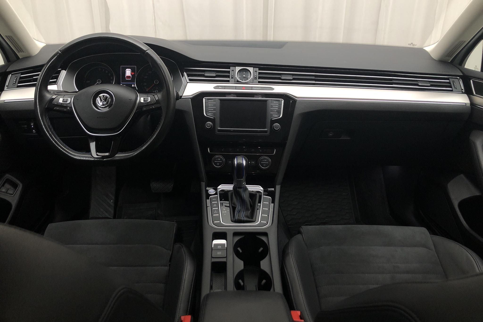 VW Passat 1.4 Plug-in-Hybrid Sportscombi (218hk) - 9 736 mil - Automat - vit - 2017