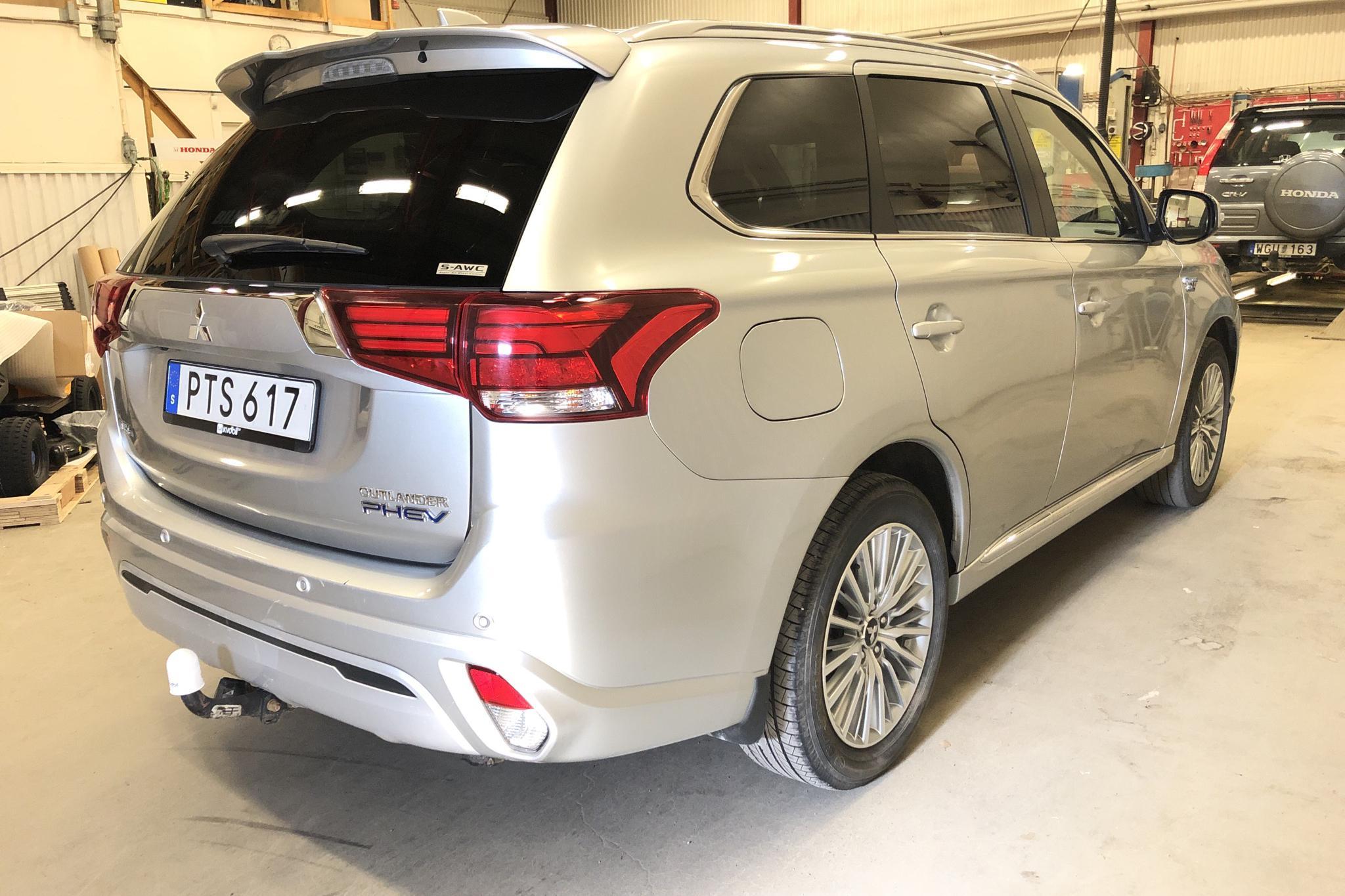 Mitsubishi Outlander 2.4 Plug-in Hybrid 4WD (136hk) - 7 996 mil - Automat - silver - 2019
