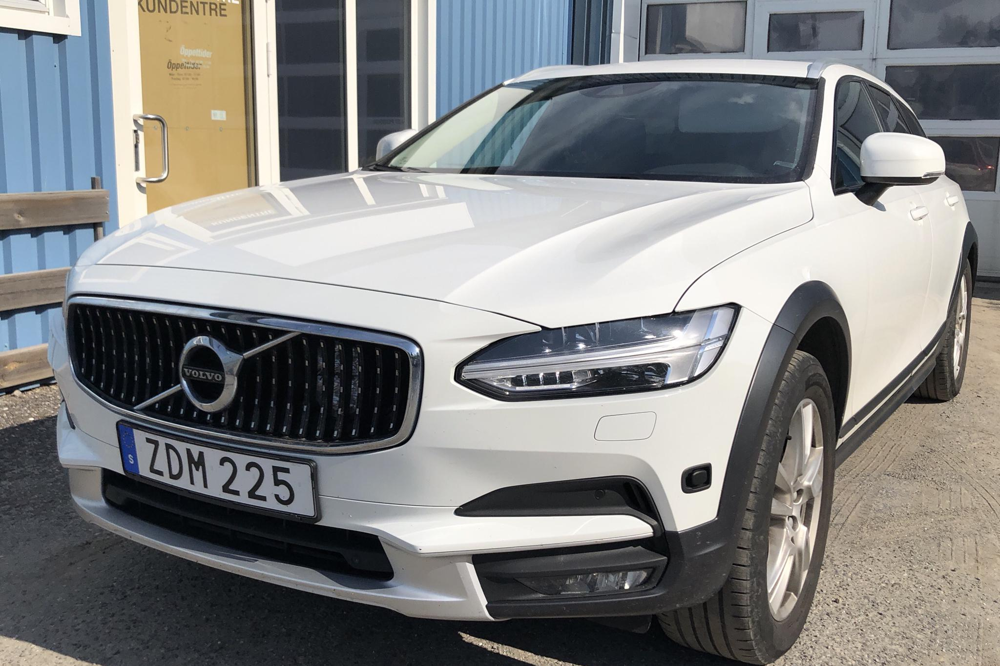Volvo V90 D4 Cross Country AWD (190hk) - 9 924 mil - Automat - vit - 2018