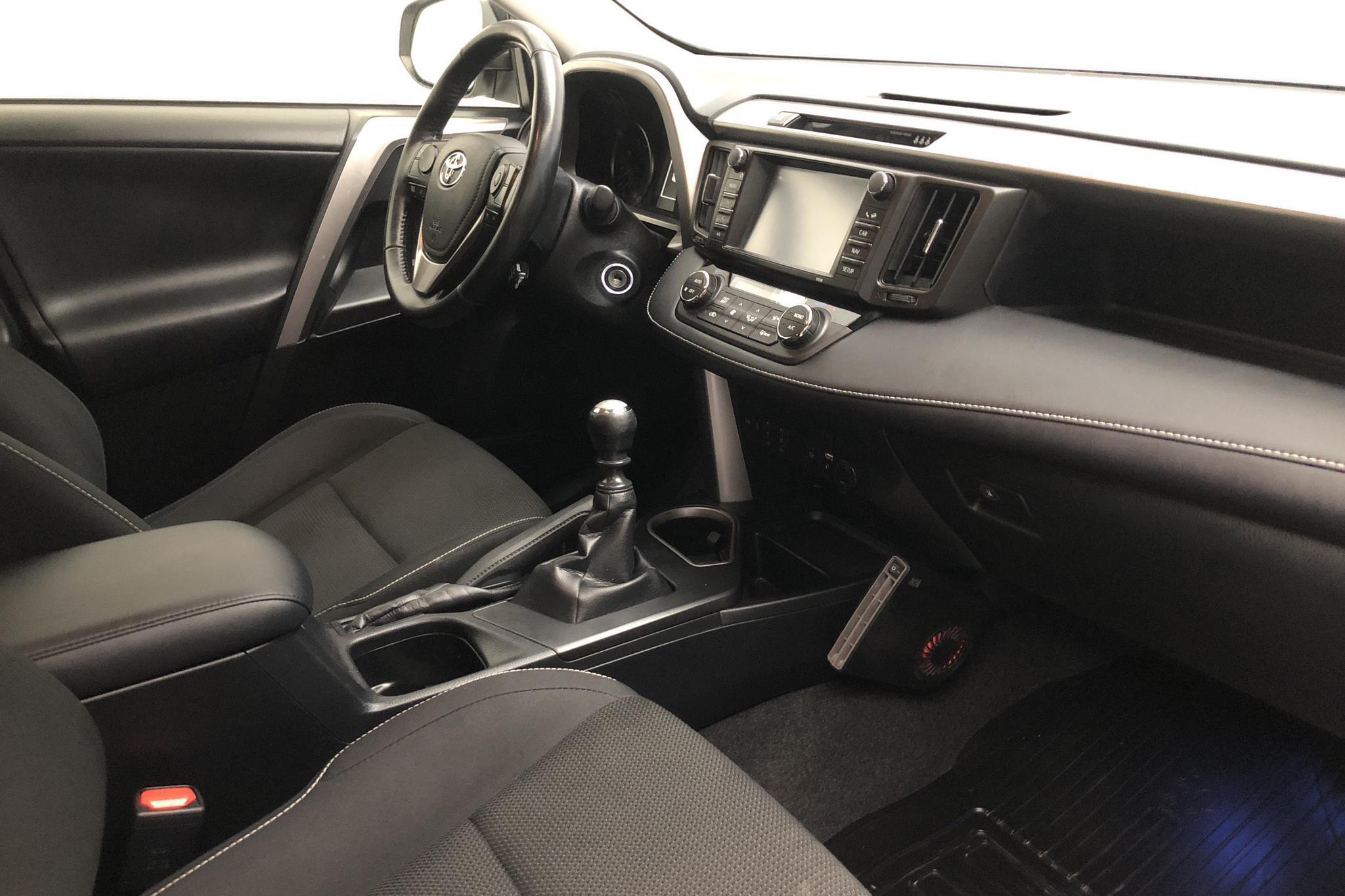 Toyota RAV4 2.0 VVT-i AWD (151hk) - 120 210 km - Manual - white - 2017