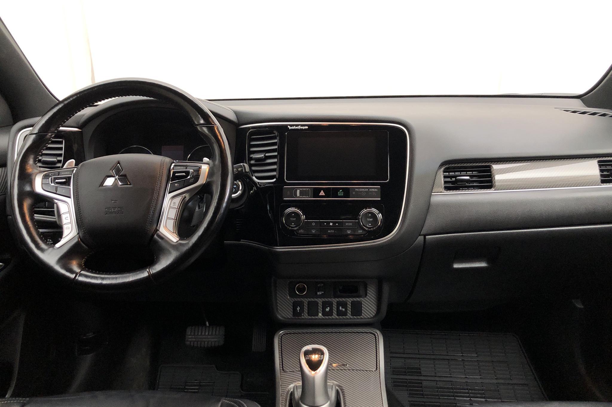 Mitsubishi Outlander 2.4 Plug-in Hybrid 4WD (136hk) - 93 060 km - Automatic - white - 2019