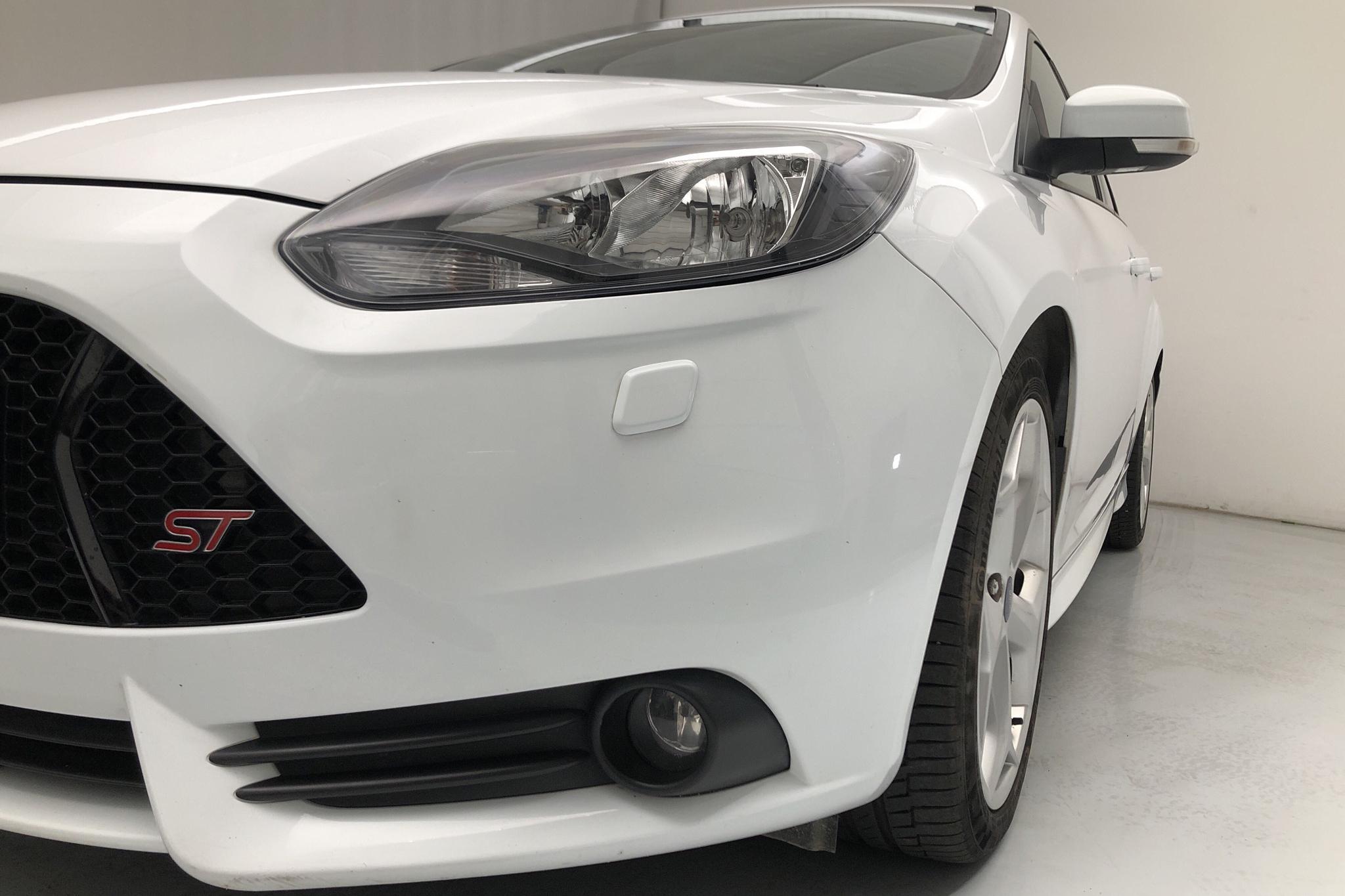 Ford Focus 2.0 ST EcoBoost 5dr (250hk) - 8 567 mil - Manuell - vit - 2014