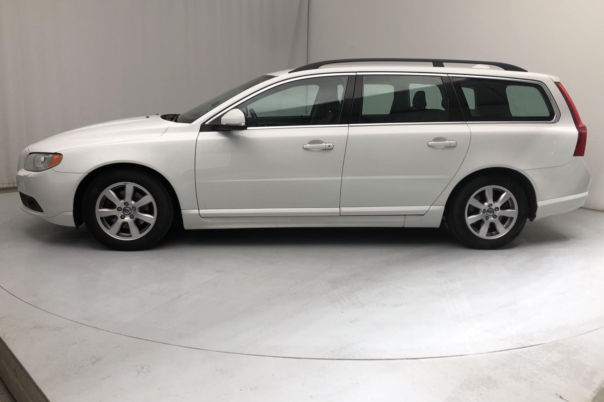 Volvo V70 II D2 (115hk) - 262 640 km - Automatic - white - 2013