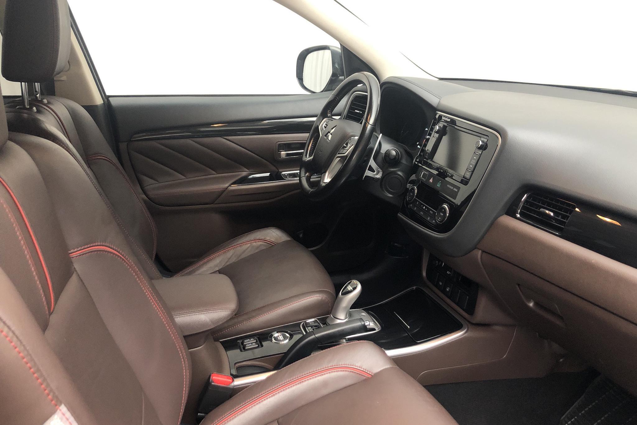 Mitsubishi Outlander 2.0 Plug-in Hybrid 4WD (121hk) - 6 144 mil - Automat - grå - 2016