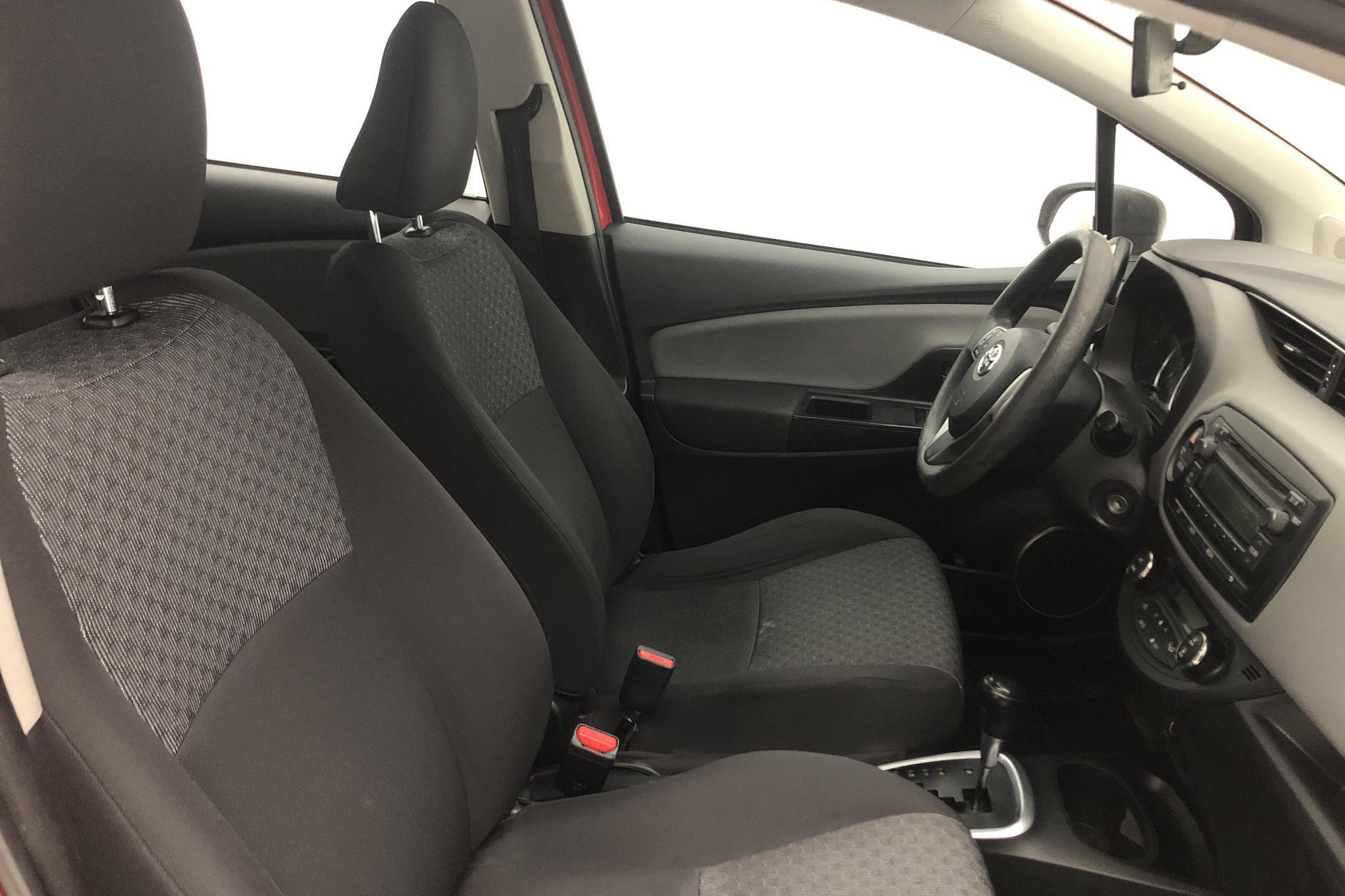 Toyota Yaris 1.5 HSD 5dr (75hk) - 13 336 mil - Automat - röd - 2015