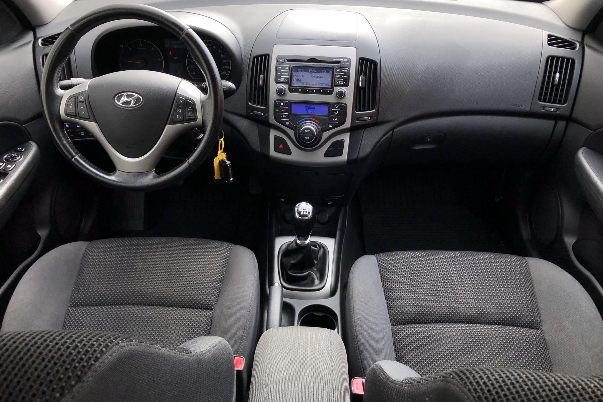 Hyundai i30 1.6 CRDi Kombi (115hk) - 116 630 km - Manual - silver - 2011