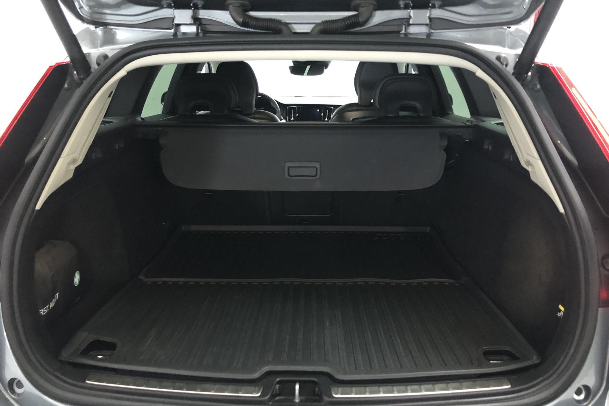 Volvo V60 D4 Cross Country AWD (190hk) - 4 867 mil - Automat - grå - 2019