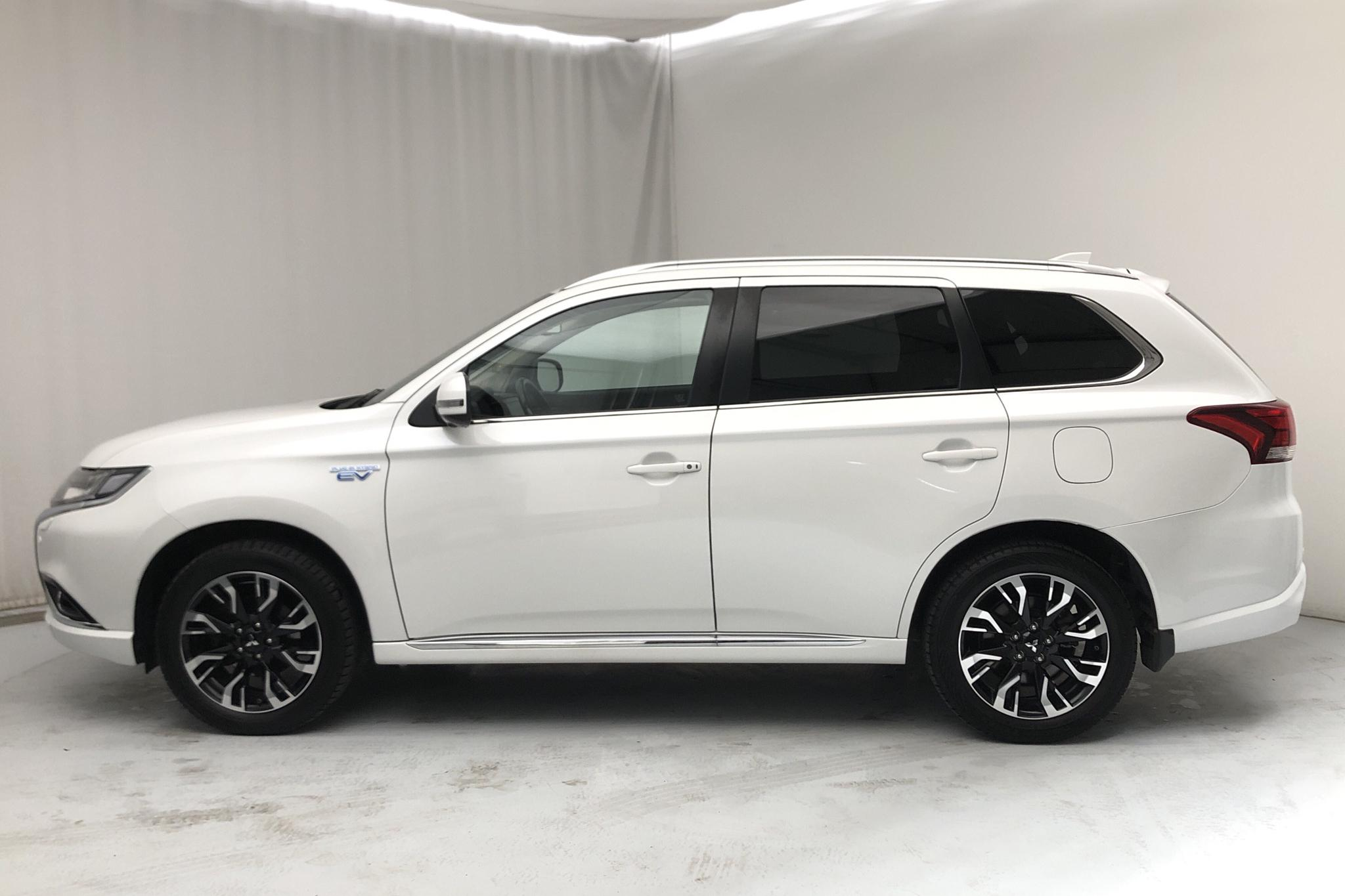 Mitsubishi Outlander 2.0 Plug-in Hybrid 4WD (121hk) - 111 450 km - Automatic - white - 2017