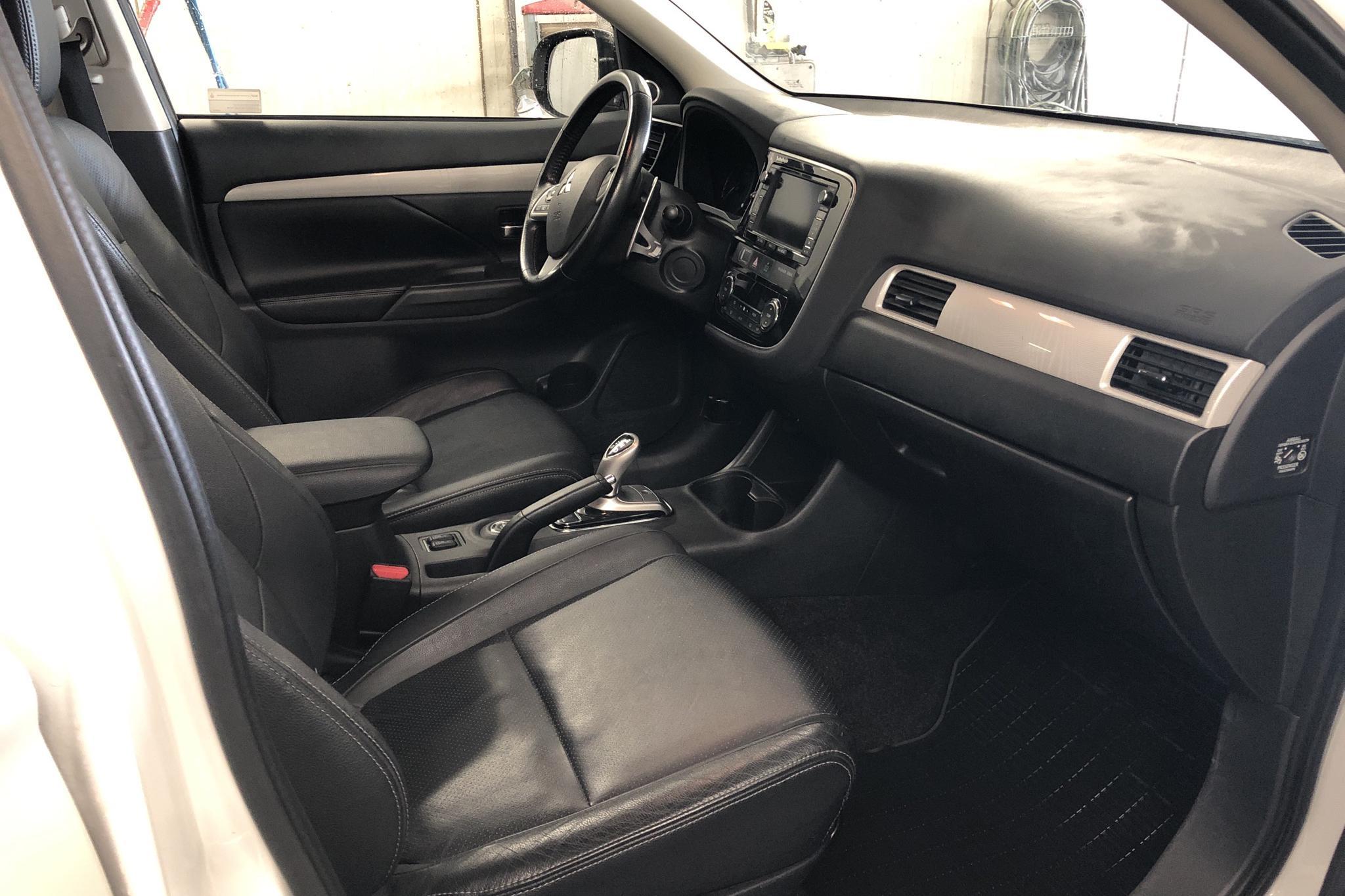 Mitsubishi Outlander 2.0 Plug-in Hybrid 4WD (121hk) - 145 780 km - Automatic - white - 2014
