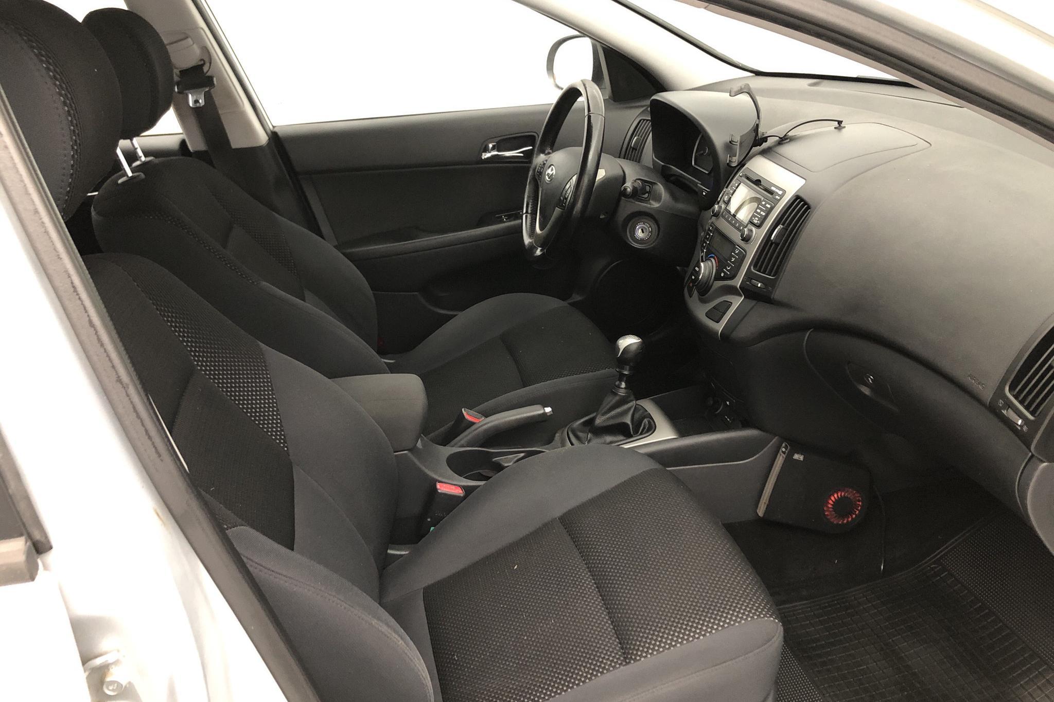 Hyundai i30 1.6 CRDi Kombi (115hk) - 25 914 mil - Manuell - silver - 2010