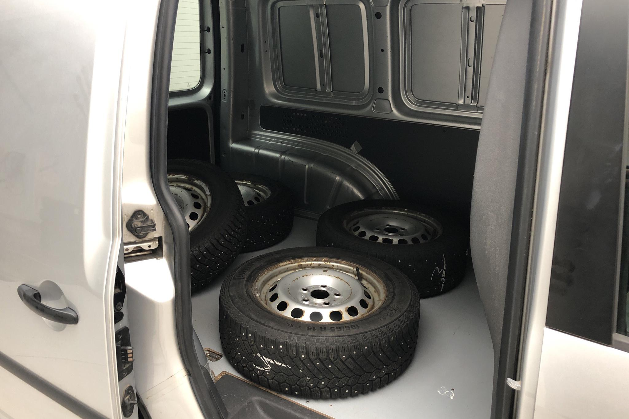 VW Caddy 1.6 TDI Skåp (102hk) - 130 630 km - Manual - silver - 2013